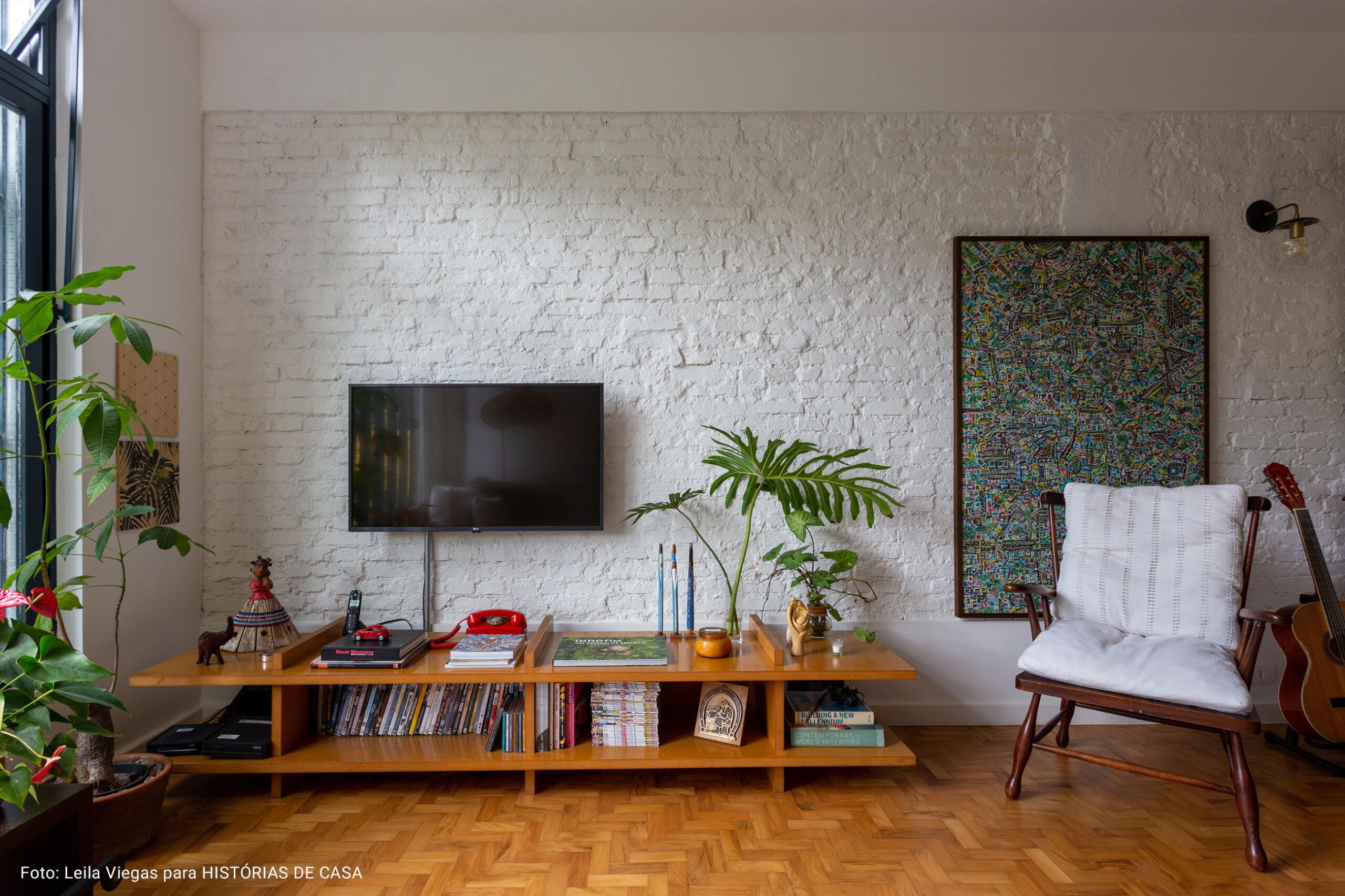 sala de televisão com poltrona branca