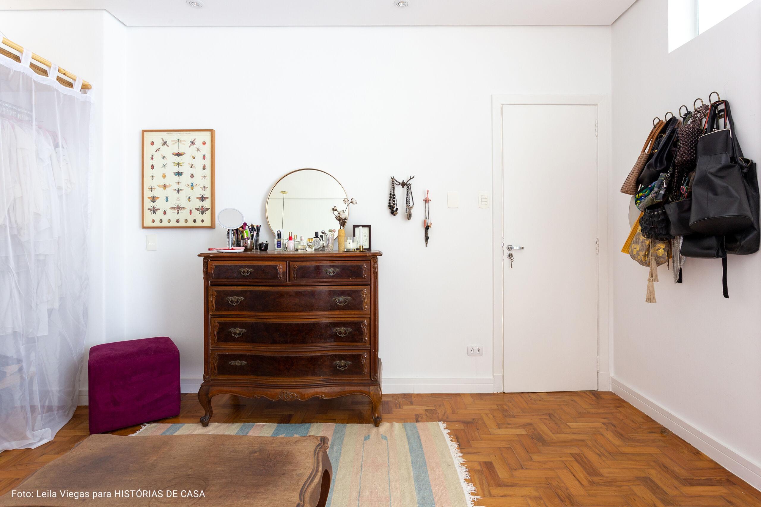 quarto com comoda de madeira vintage