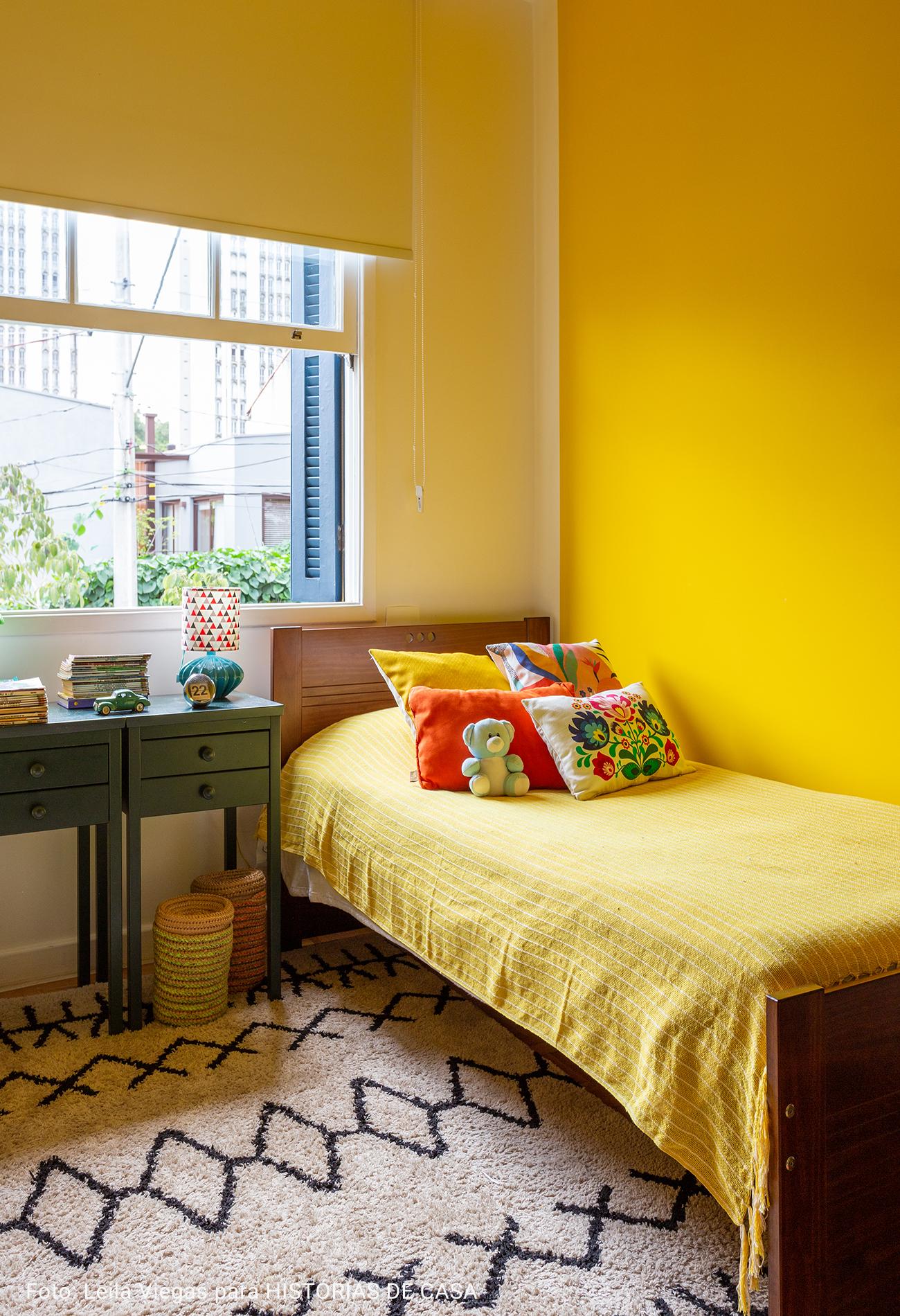 quarto infantil com paredes amarelas