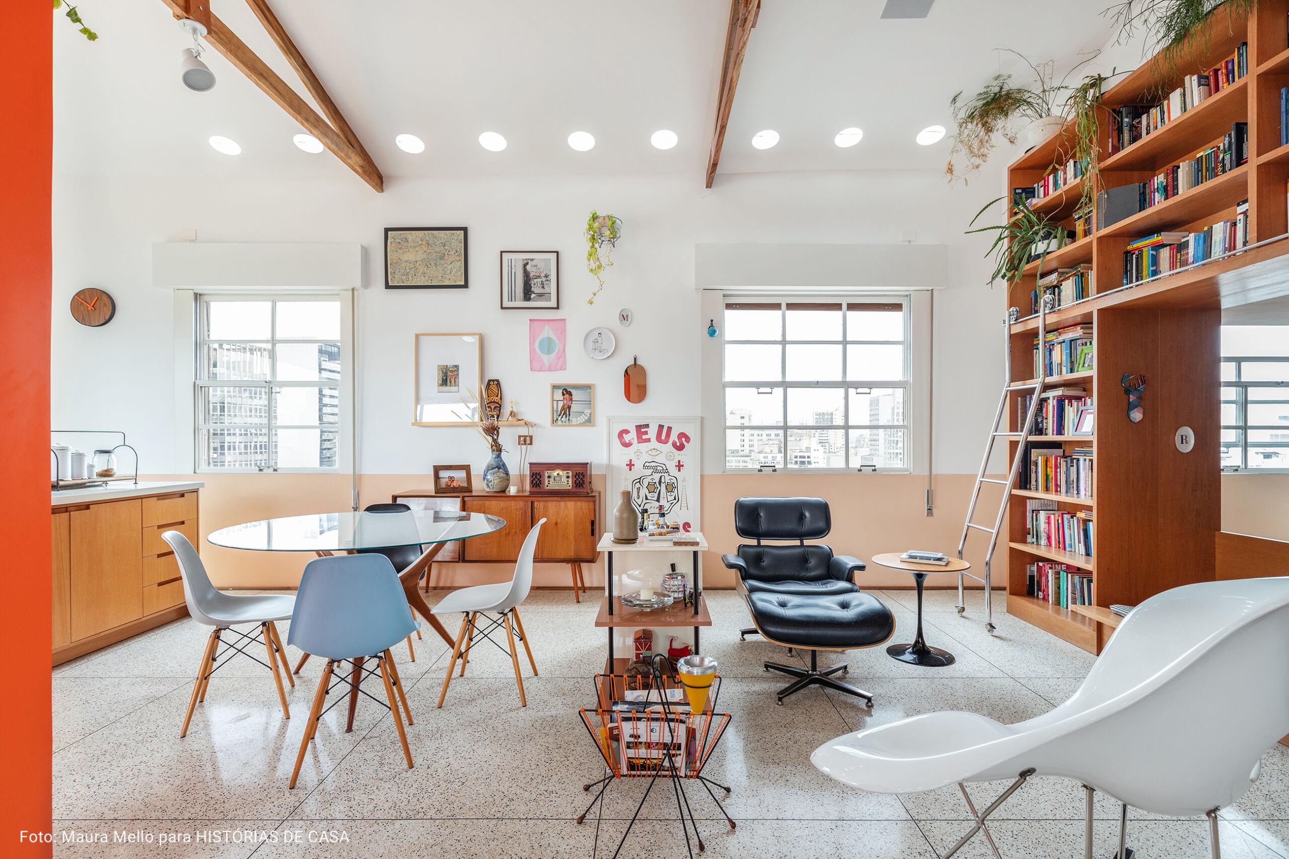 sala com cadeiras Eames coloridas