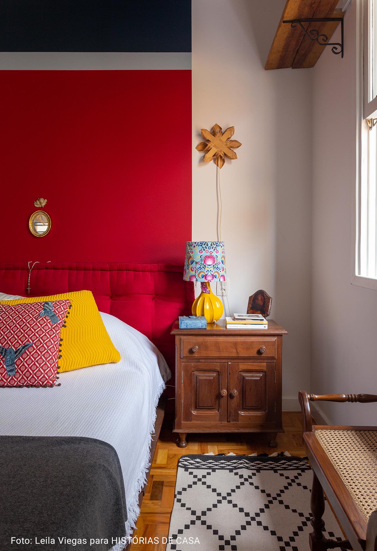 quarto com meia parede vermelha