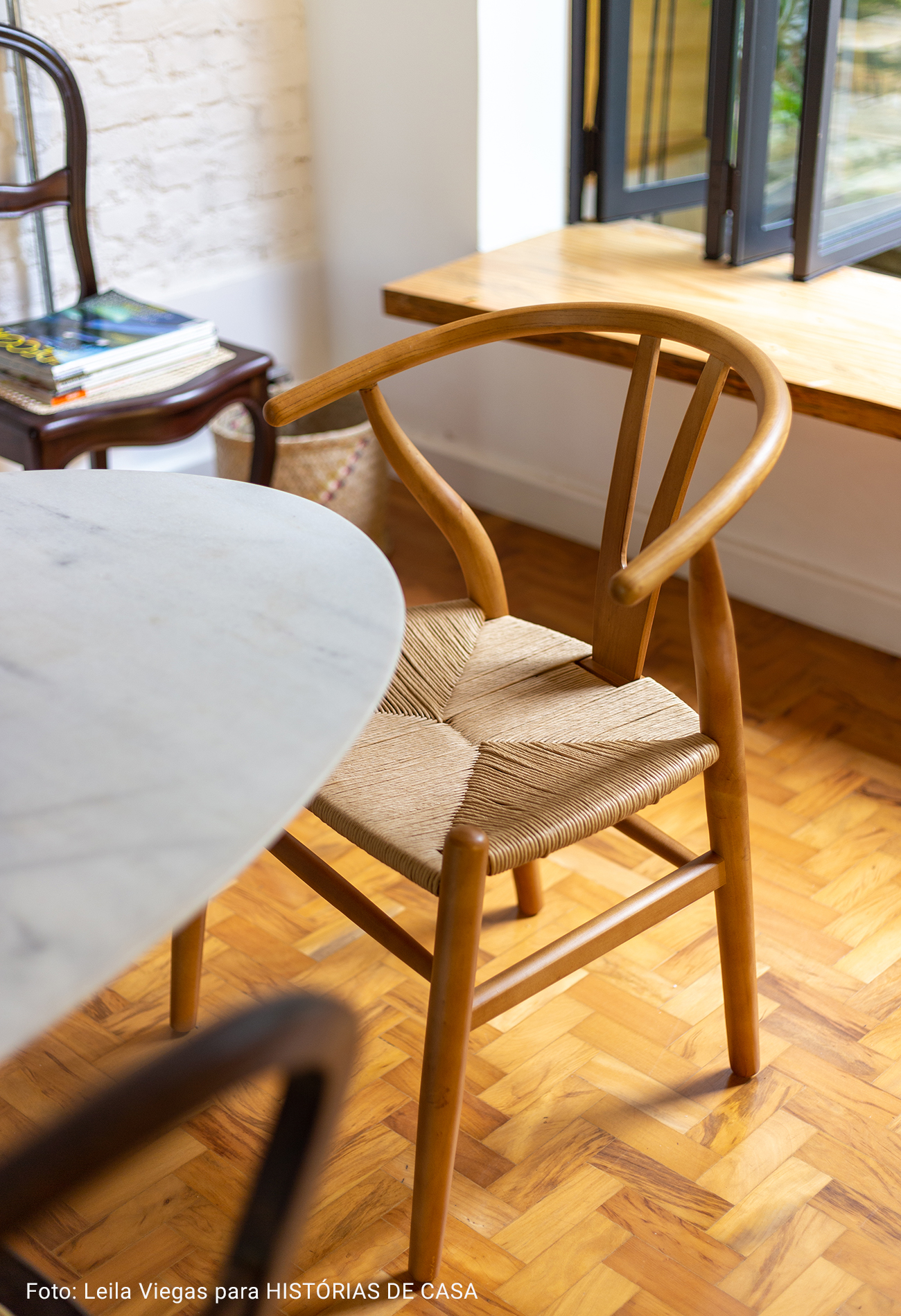 detalhe cadeira redonda de madeira