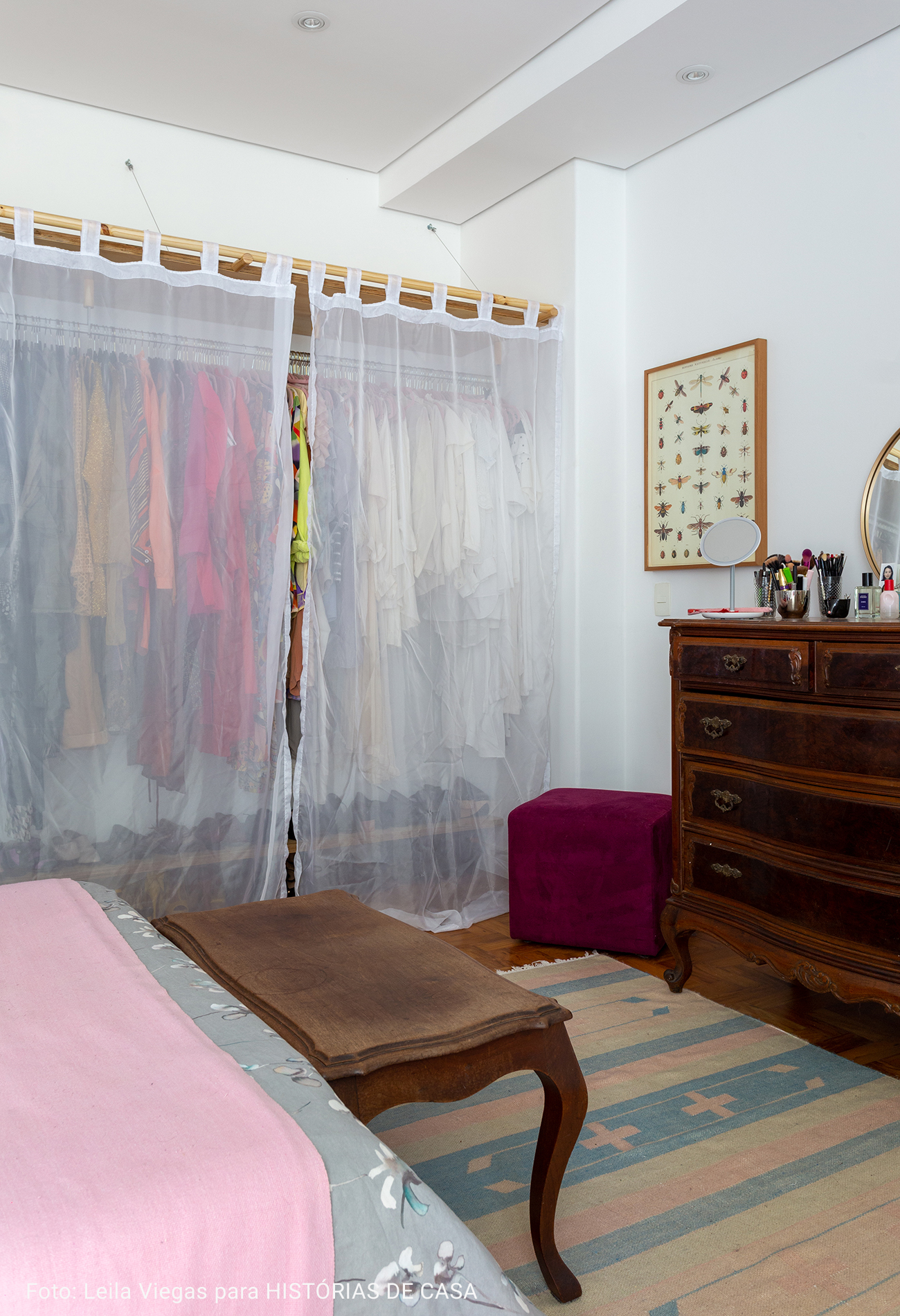 armário com porta de cortina