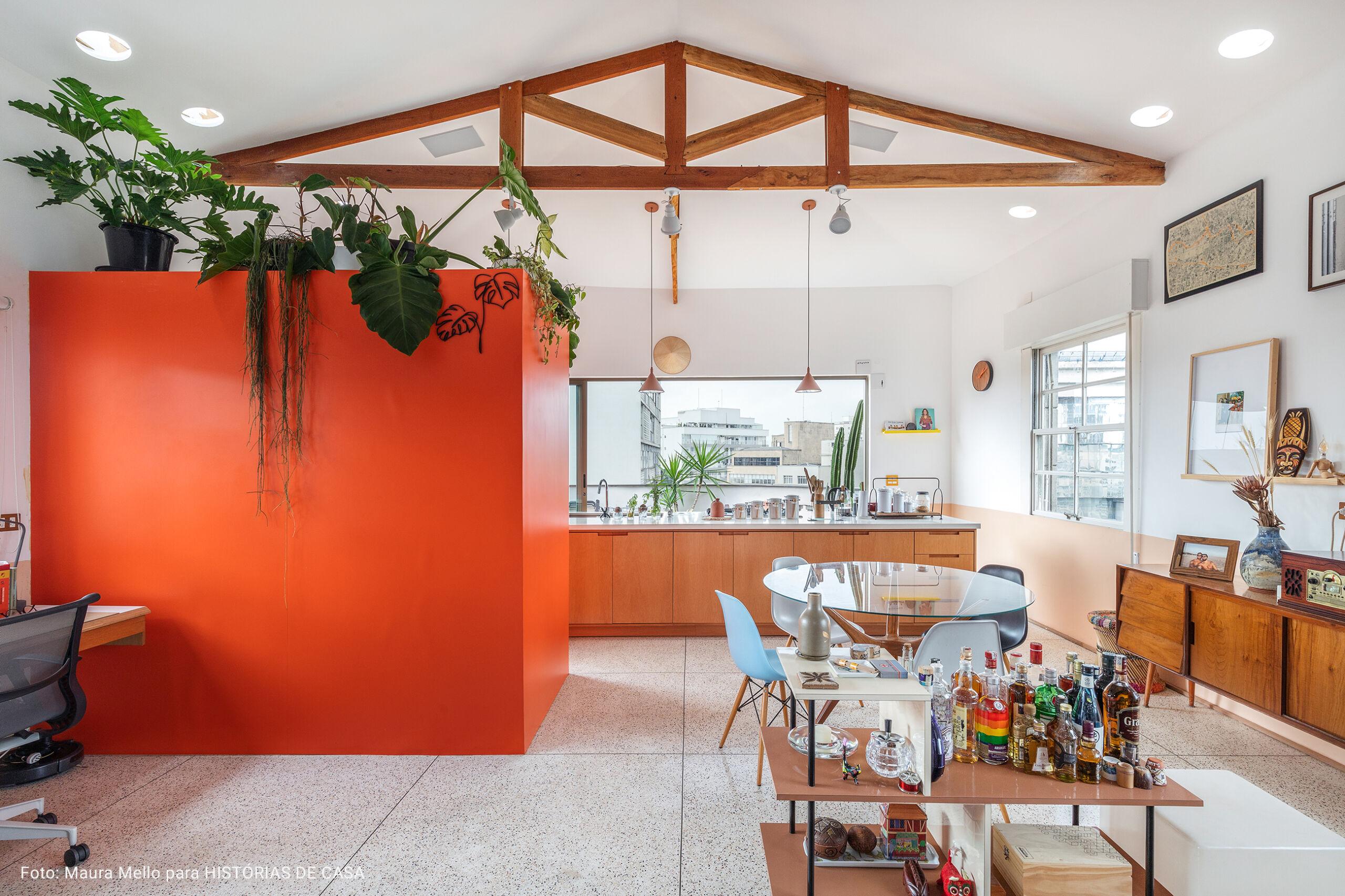 cozinha com paredes laranjas