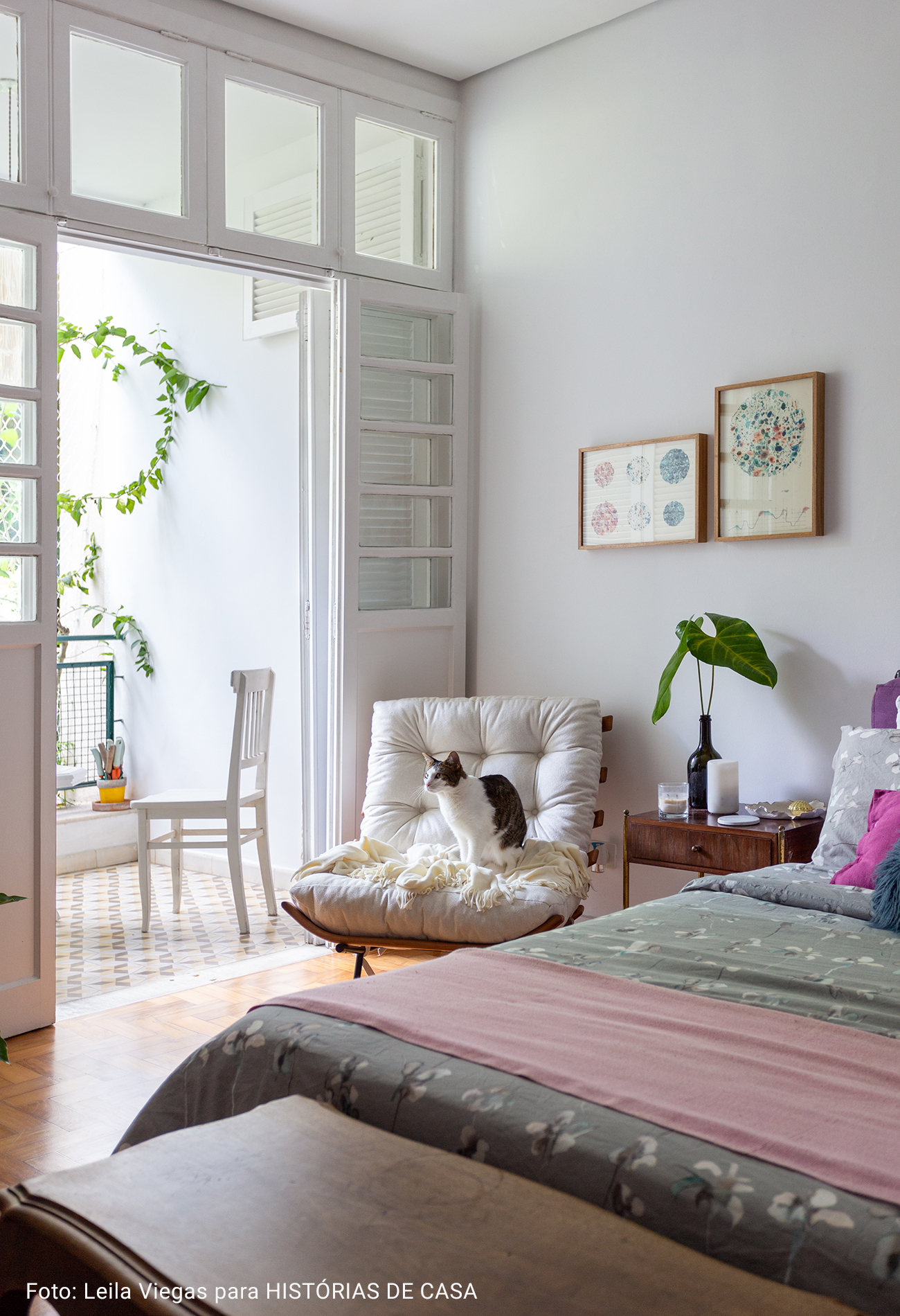 quarto com cadeira branca