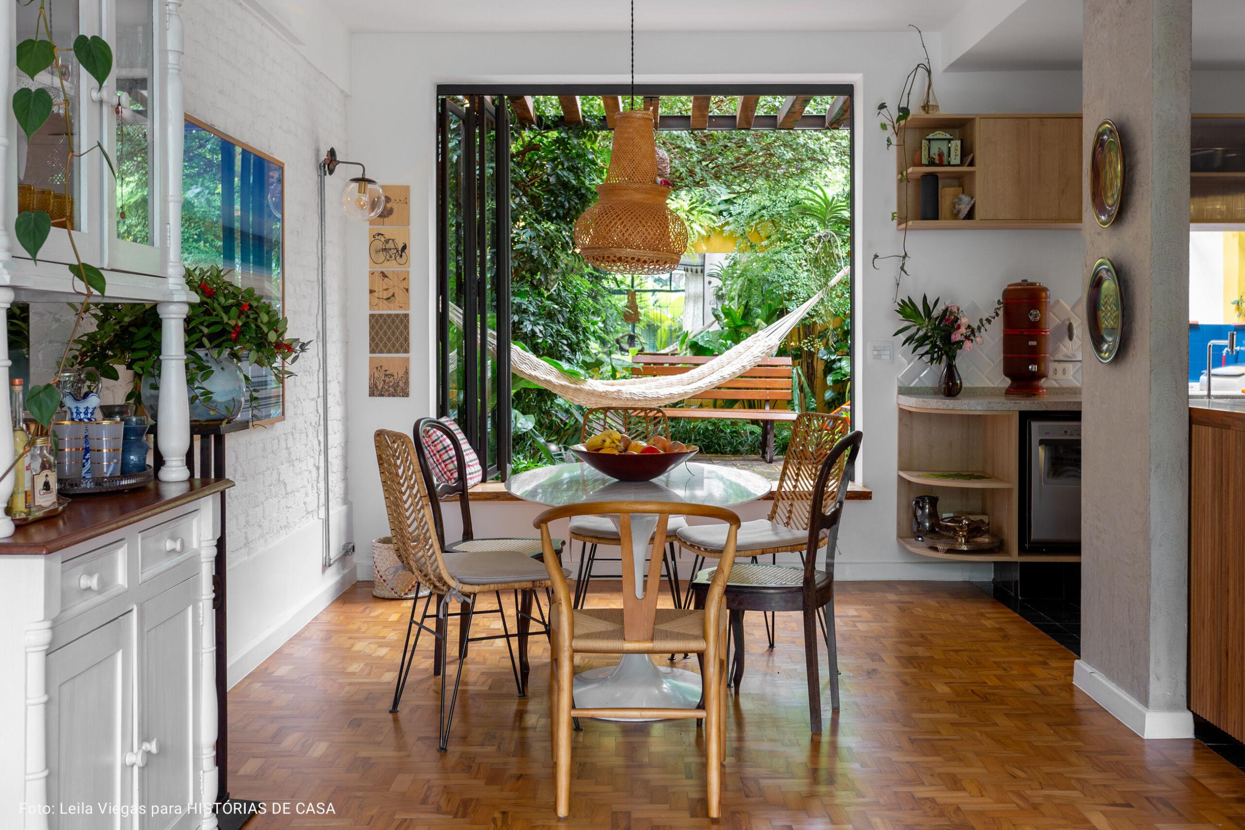 sala de jantar com vista para jardim
