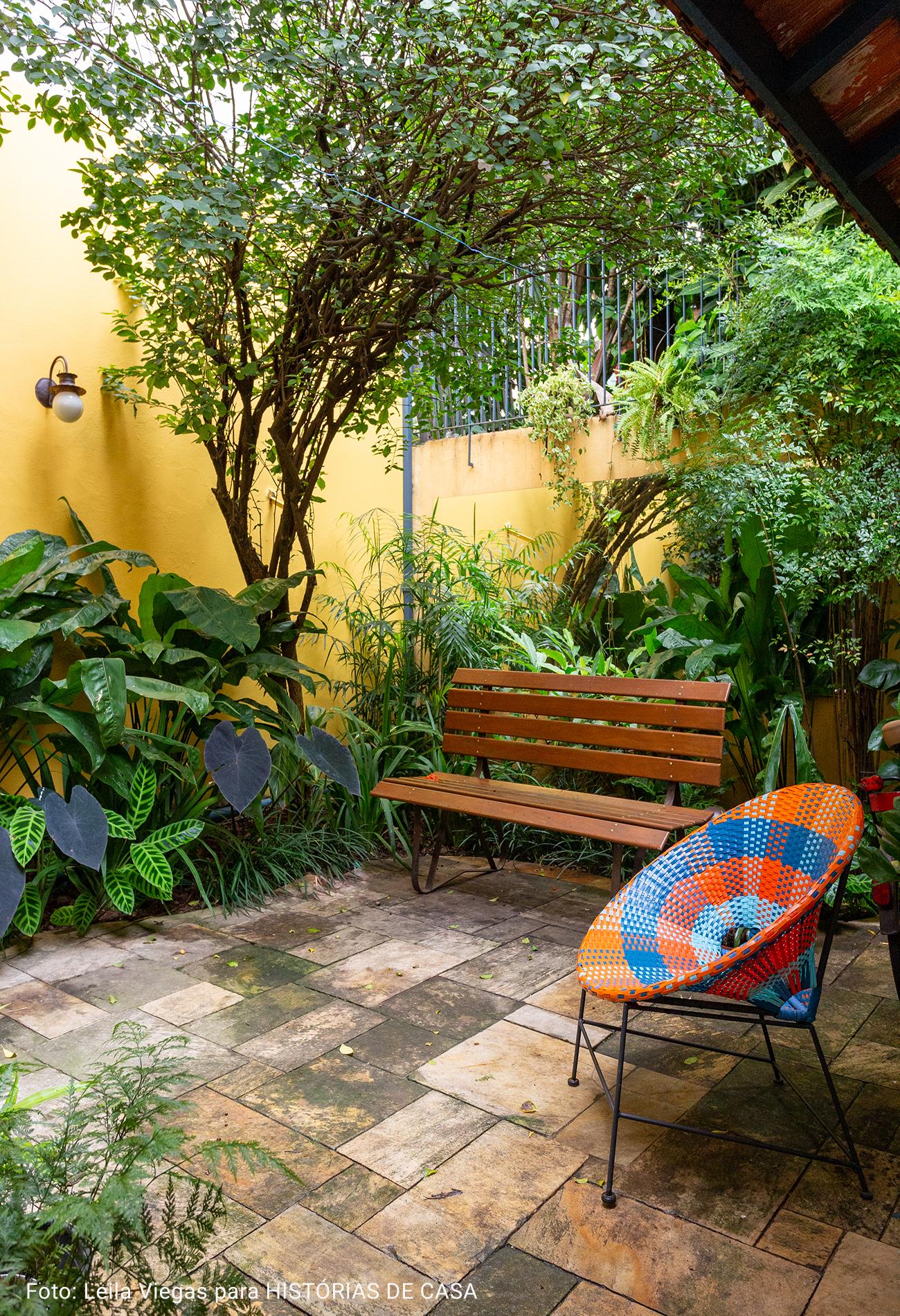 jardim amplo com cadeira acapulco colorida