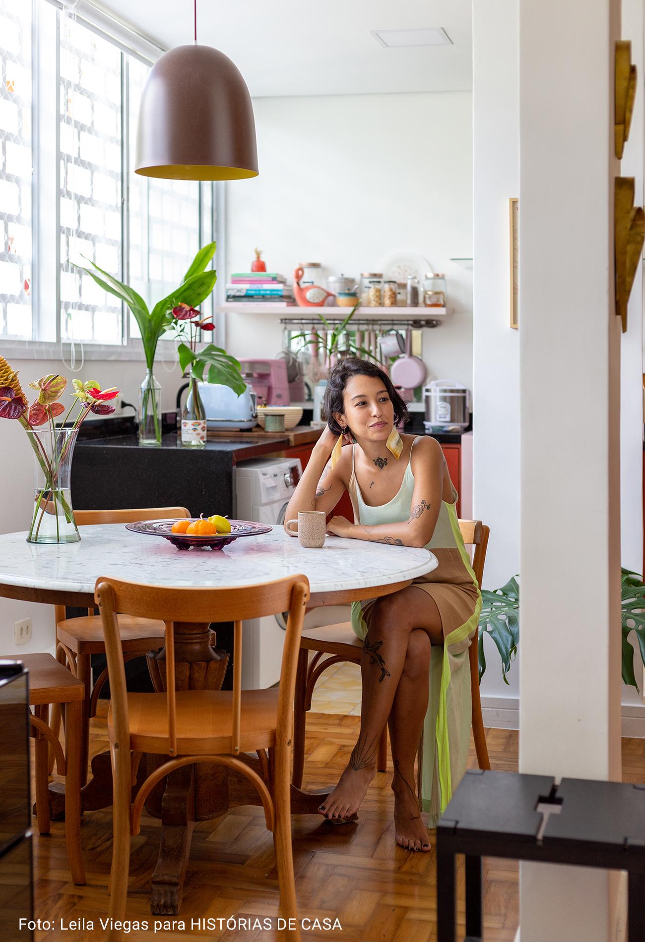 cozinha com moradora na mesa