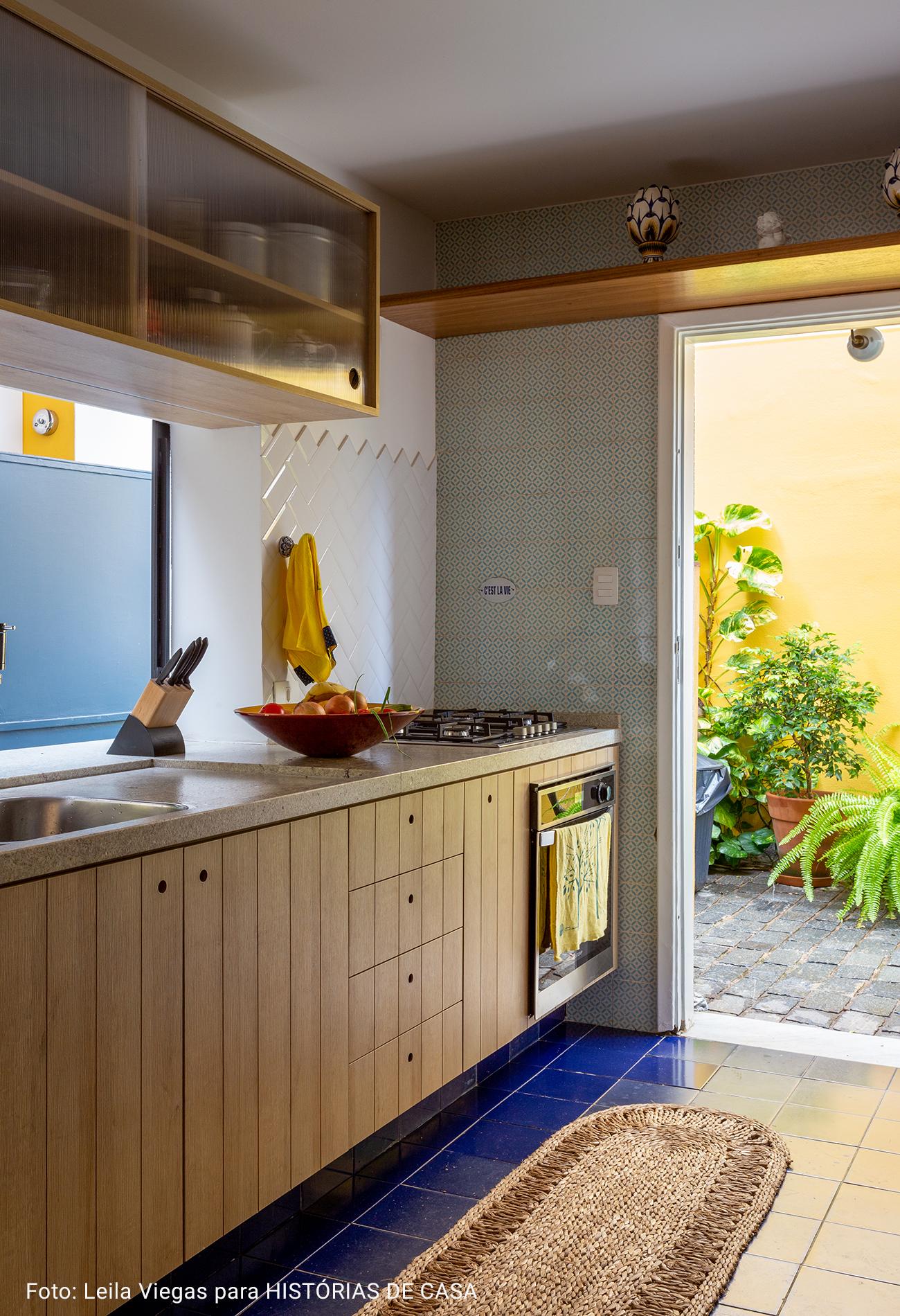 cozinha com armários de madeira