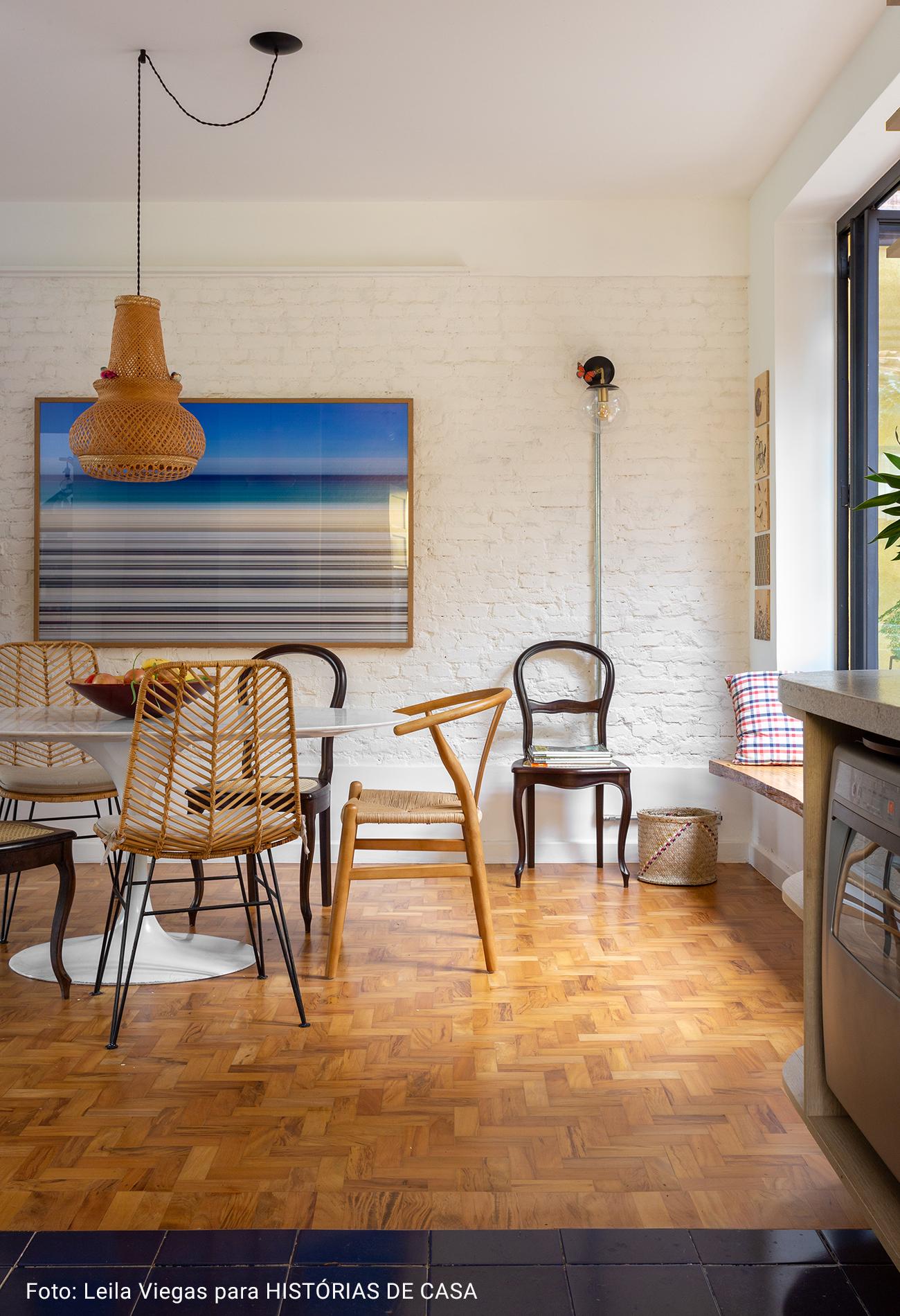 sala de jantar com lustre de palha