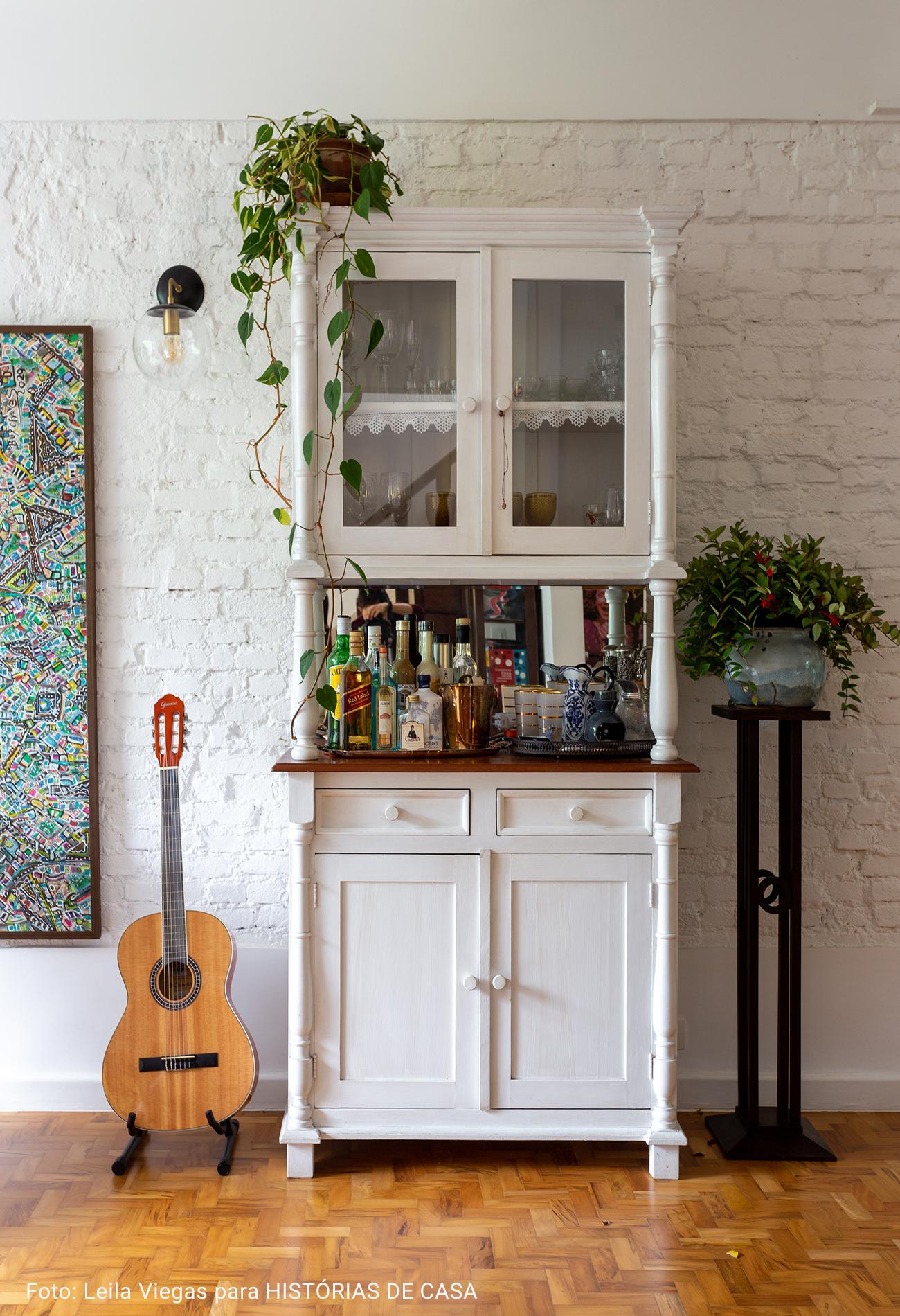 sala de televisão com violão na decor
