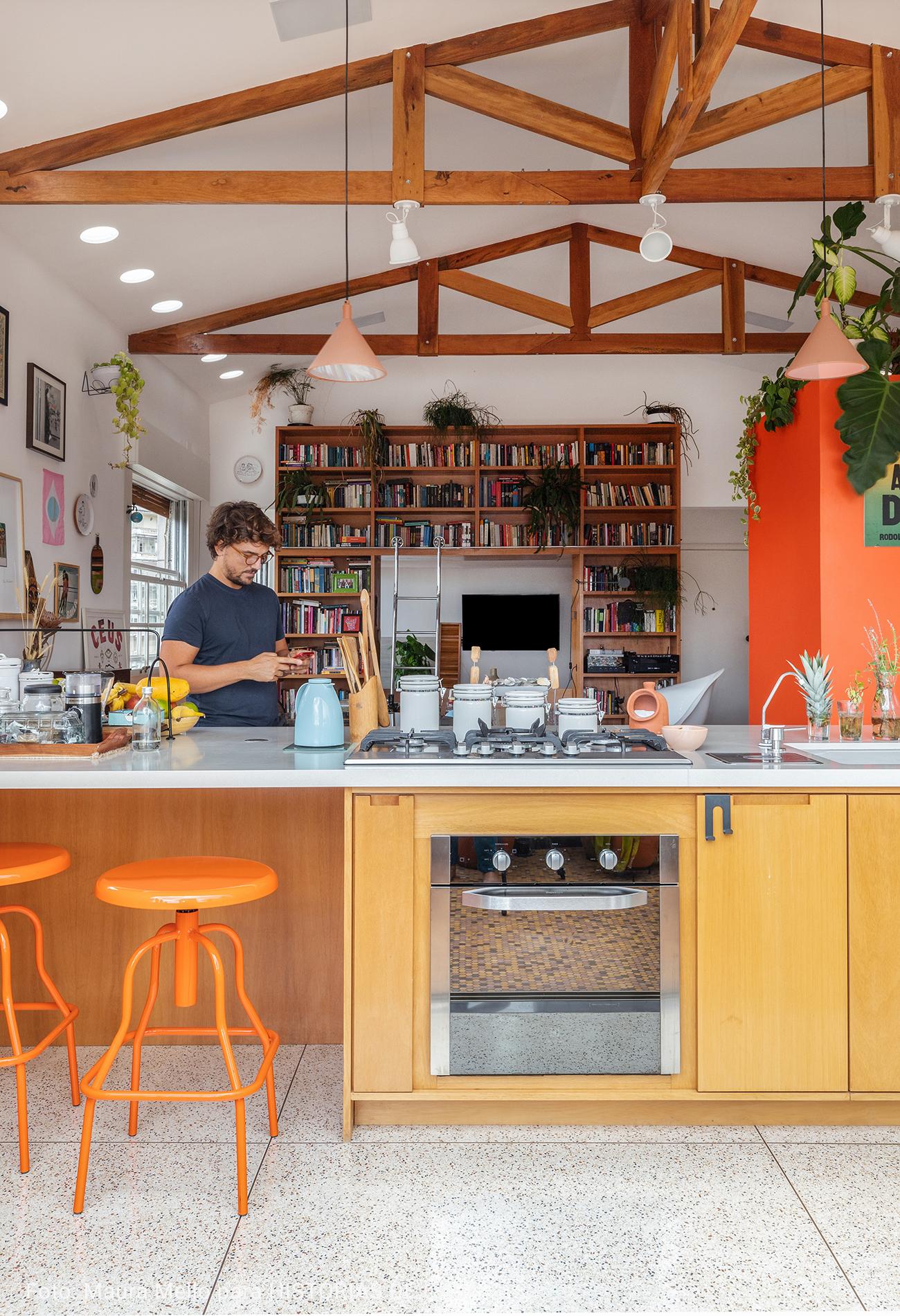 cozinha integrada com forno prateado