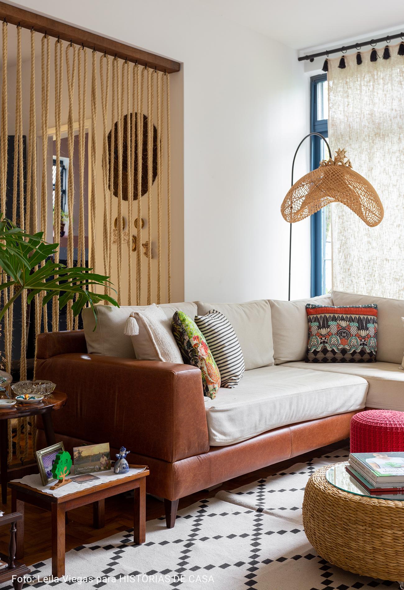 sala de estar com luminária de madeira