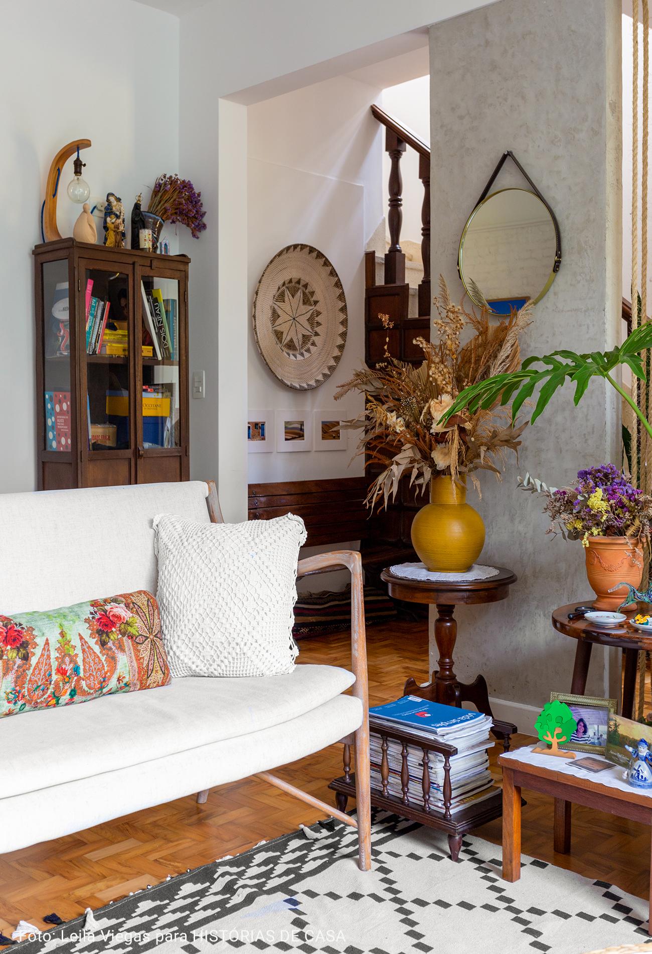 sala de estar com almofada colorida