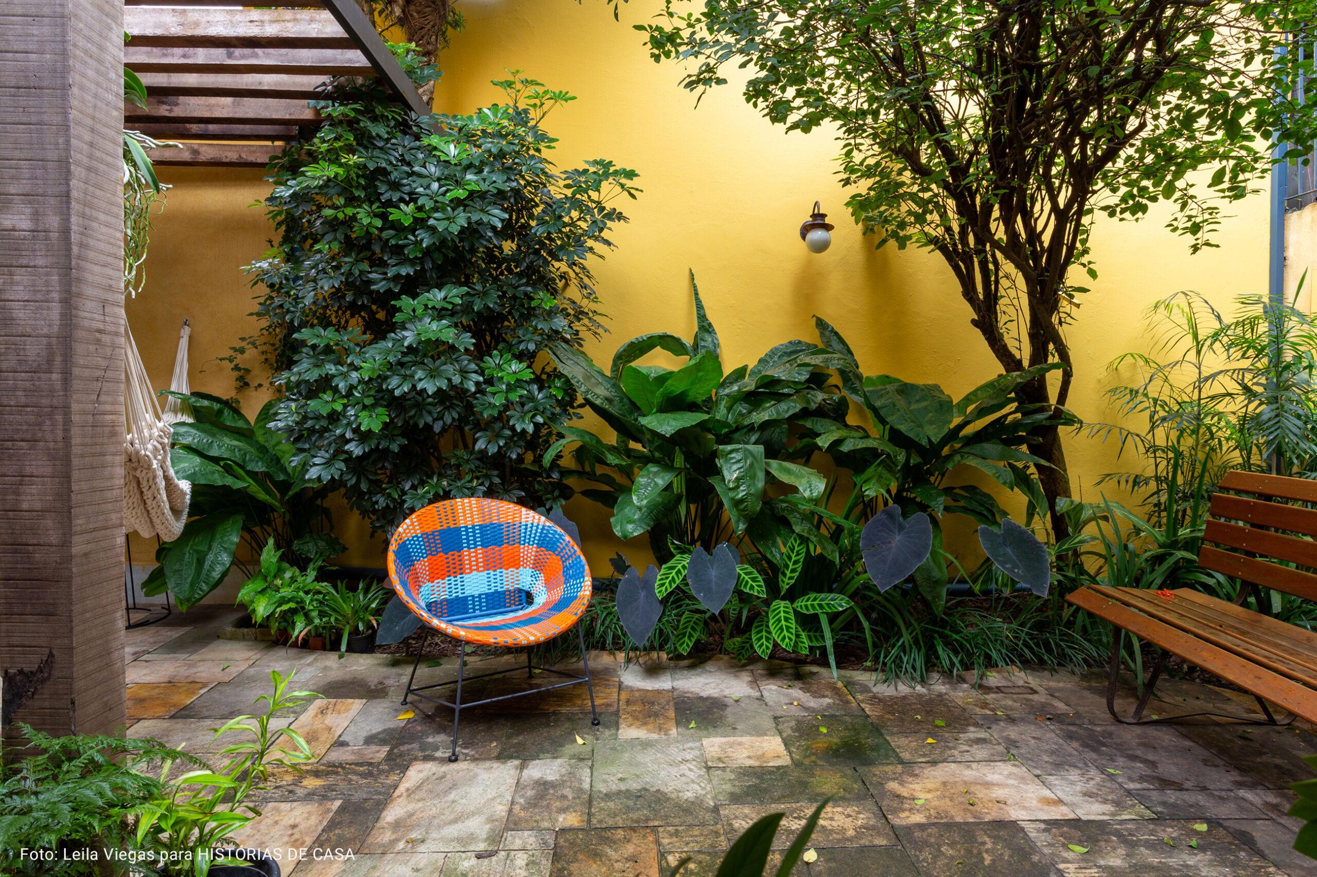 jardim com paredes amarelas