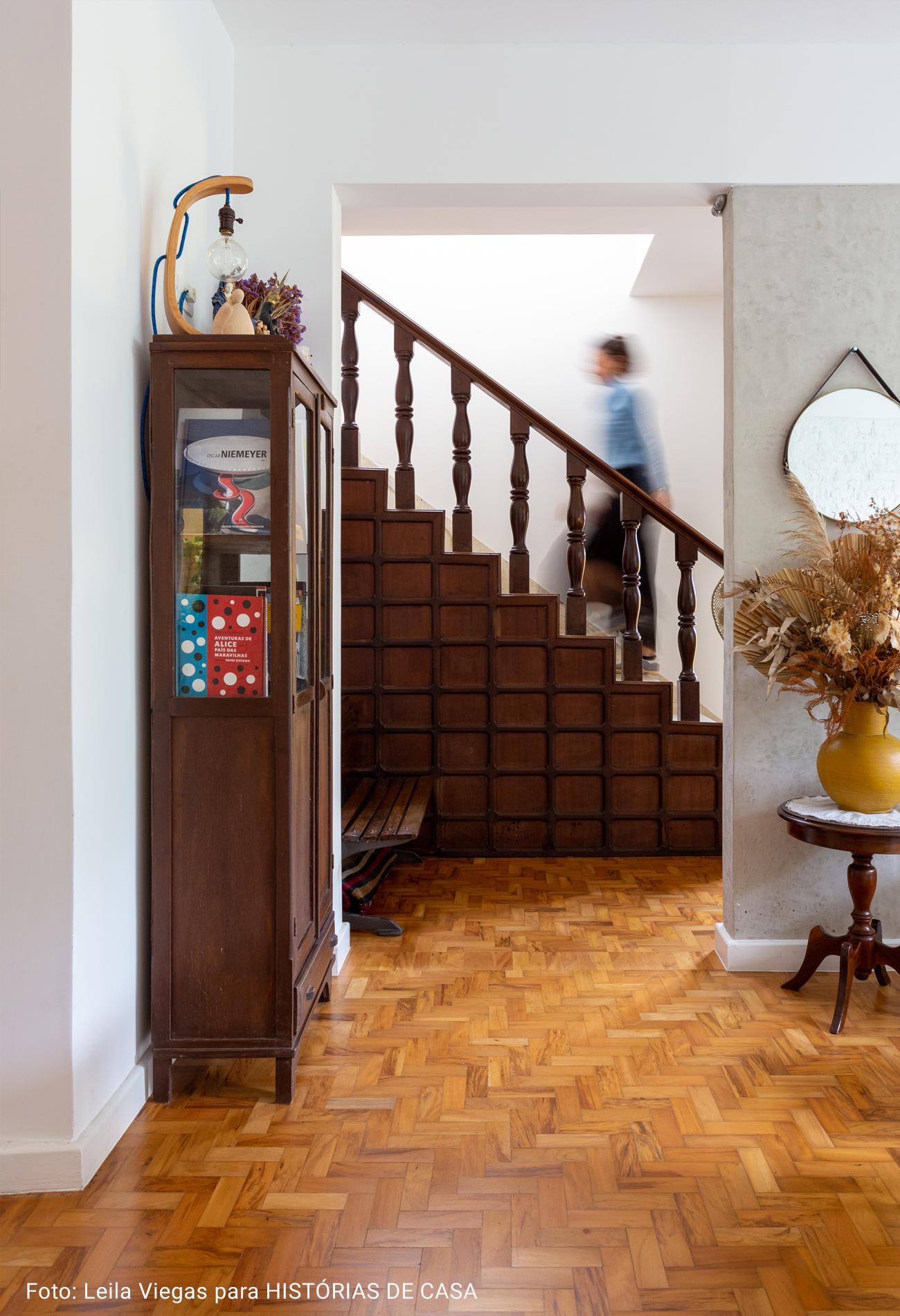 sala de estar com escada antiga