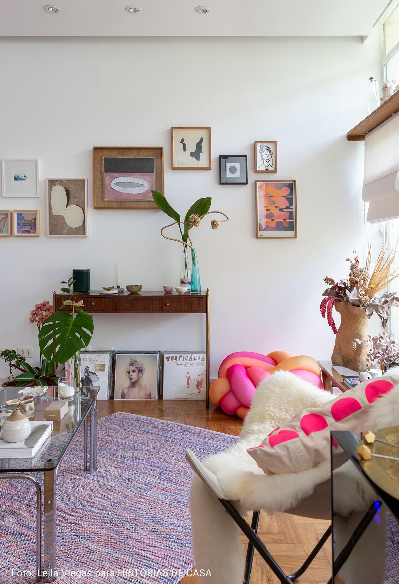 sala ampla com tapete colorido