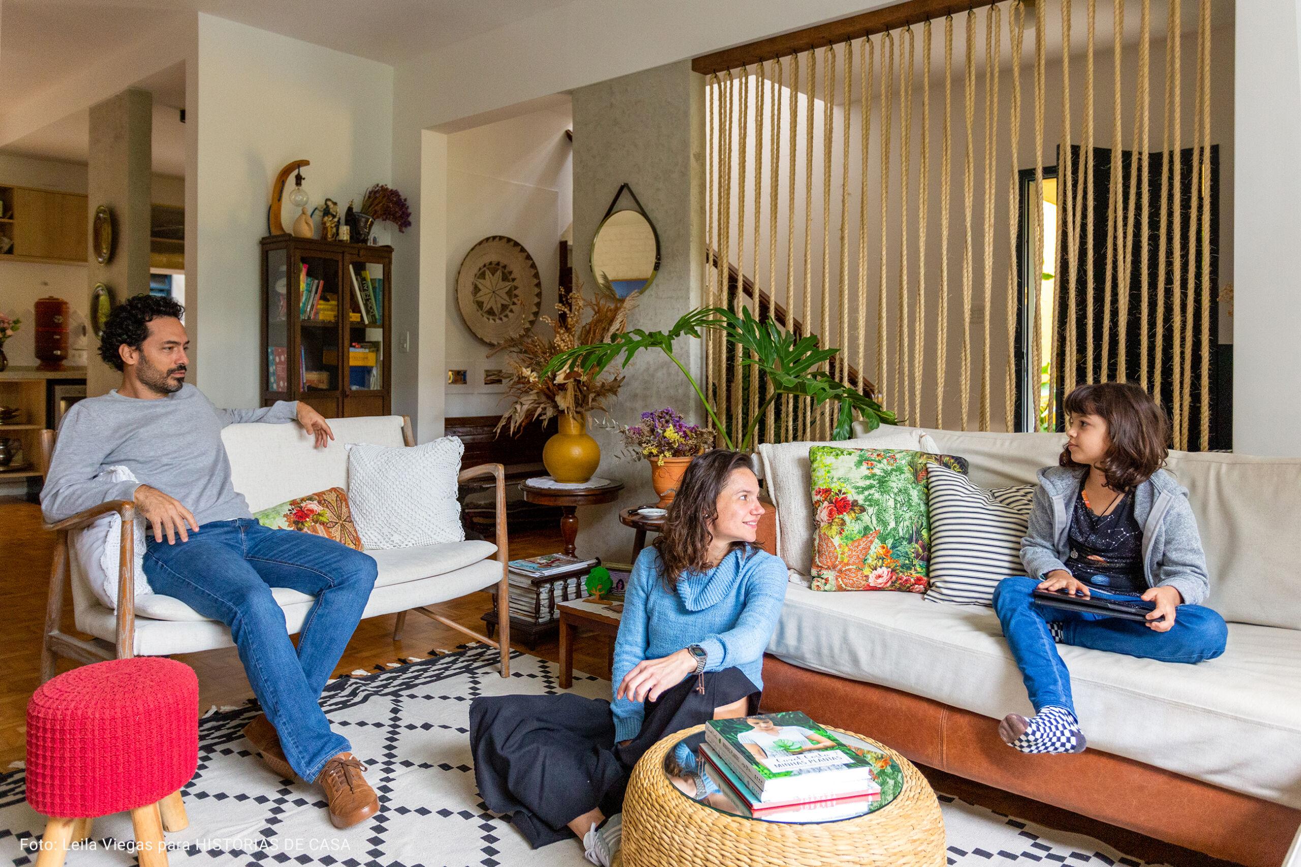 sala de estar com puff de tricot