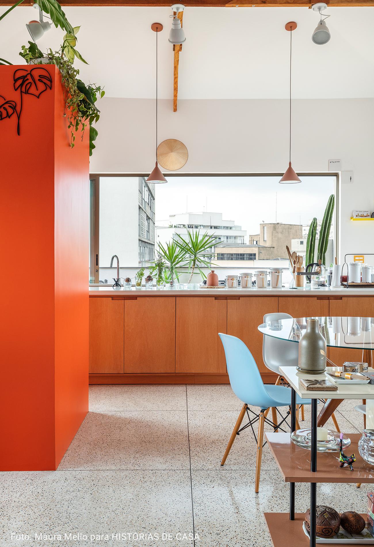 banheiro com paredes laranjas