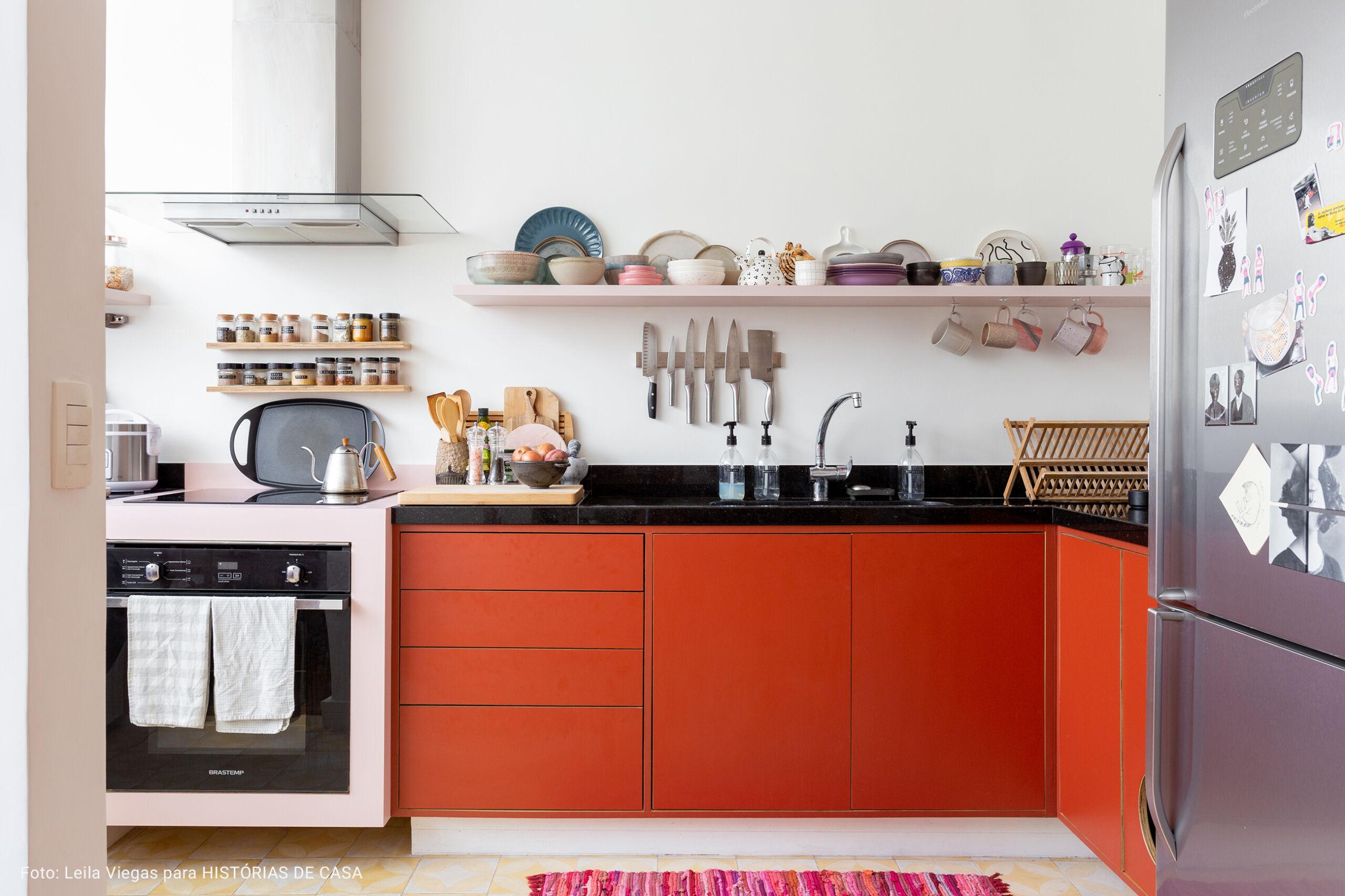 cozinha ampla com xaleira de metal