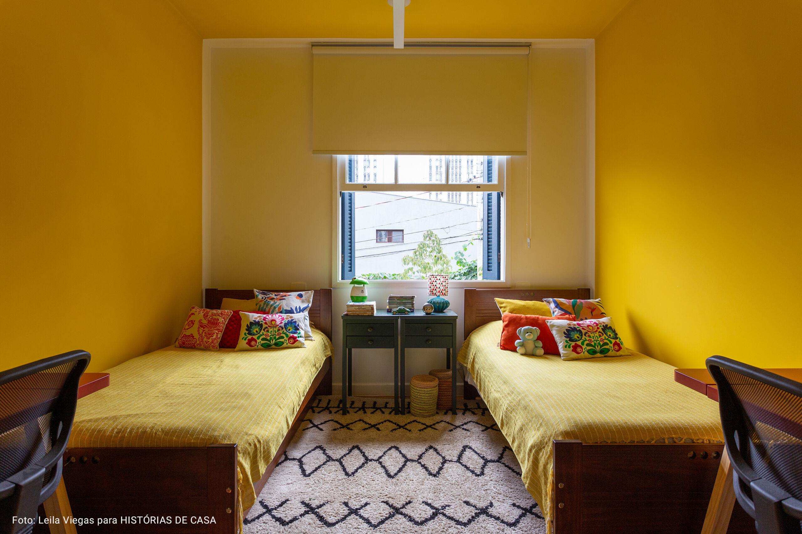 quarto infantil com duas camas de solteiro