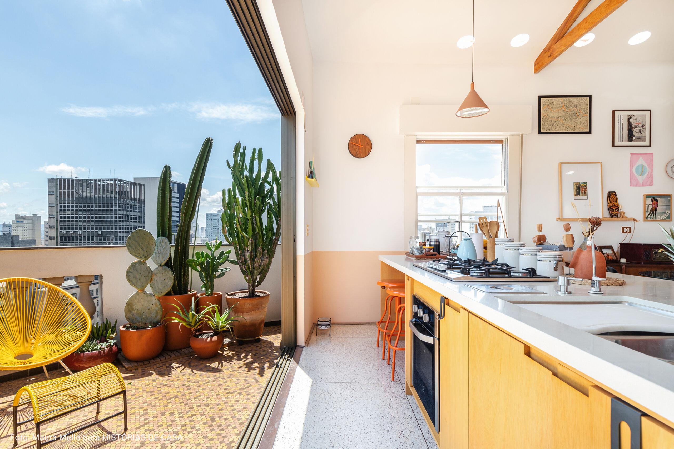 cozinha interligada com varanda