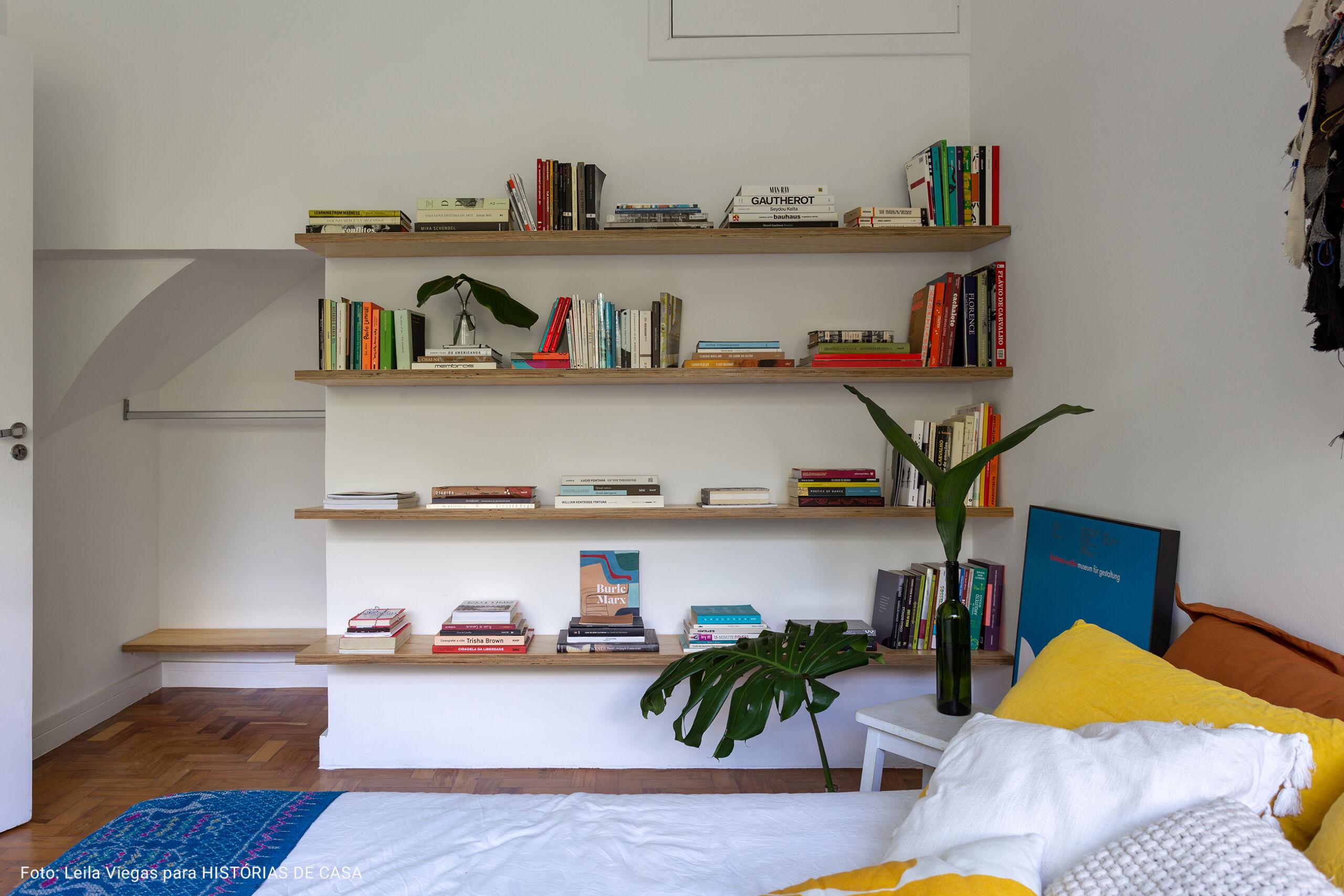 quarto com prateleiras de madeiras