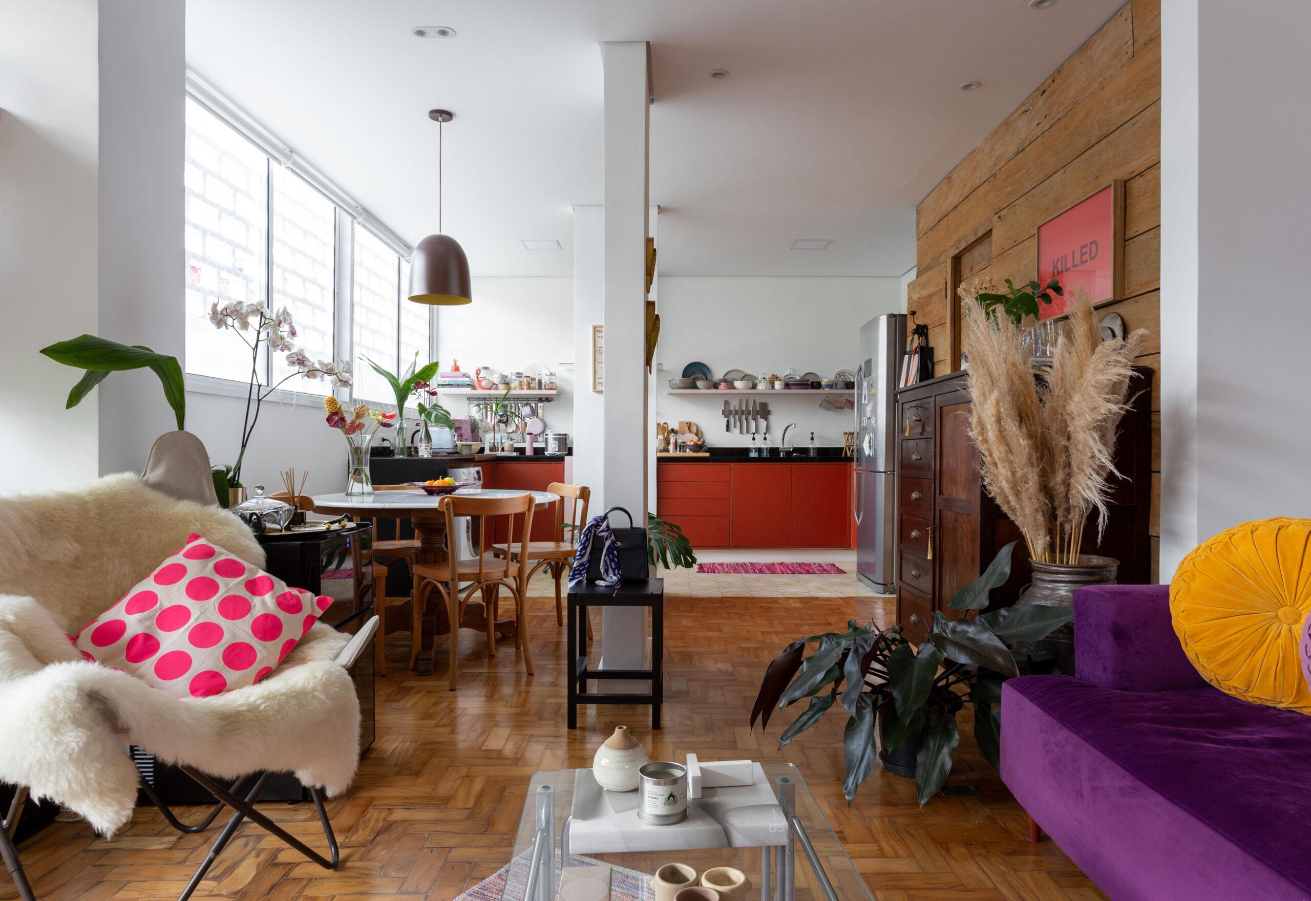 sala ampla com sofá roxo