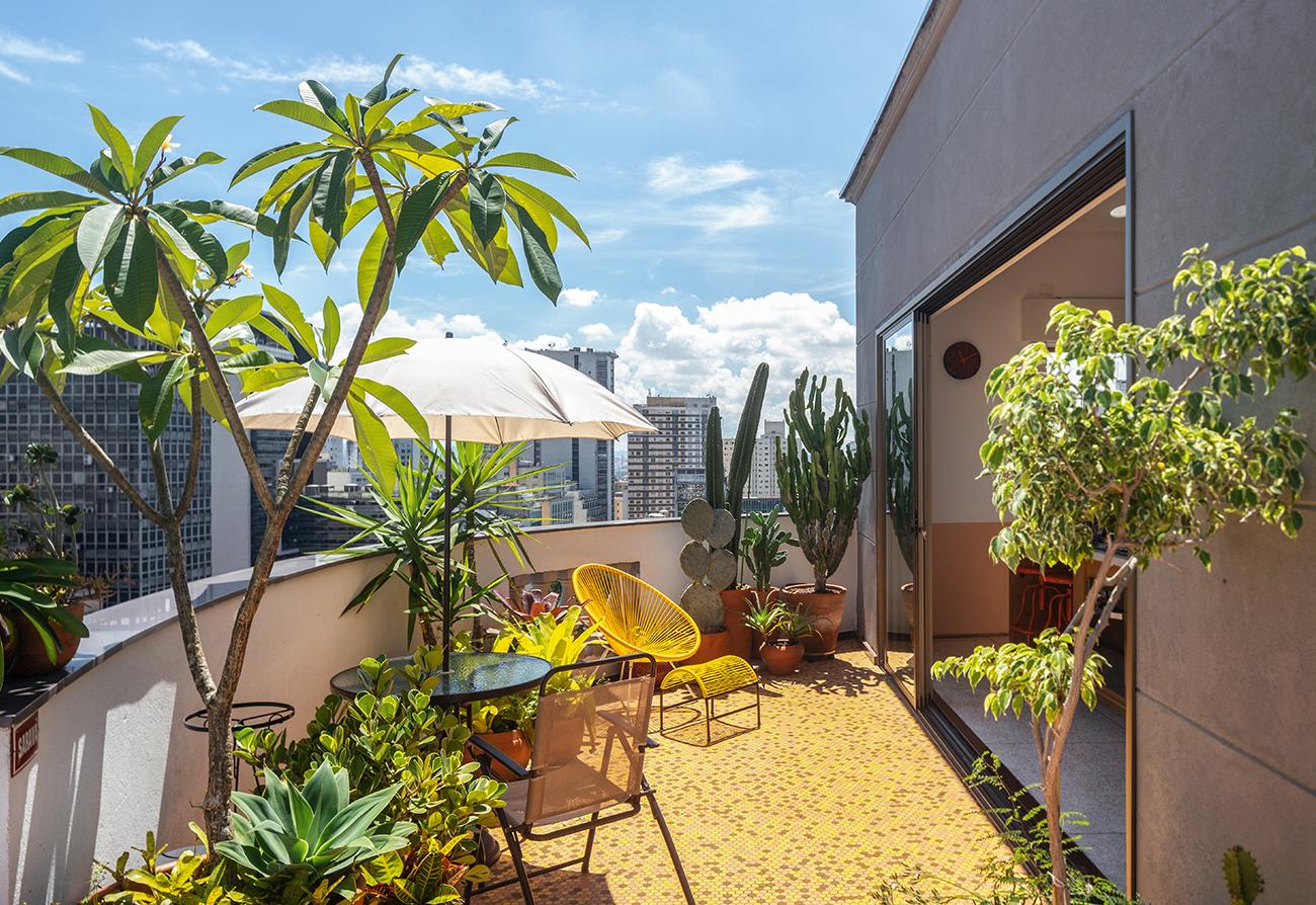 Apartamento com clima de casa, terraço colorido e varanda com plantas