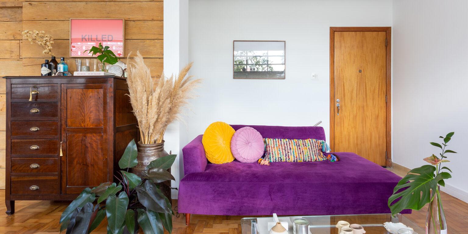 sala com parede de madeira