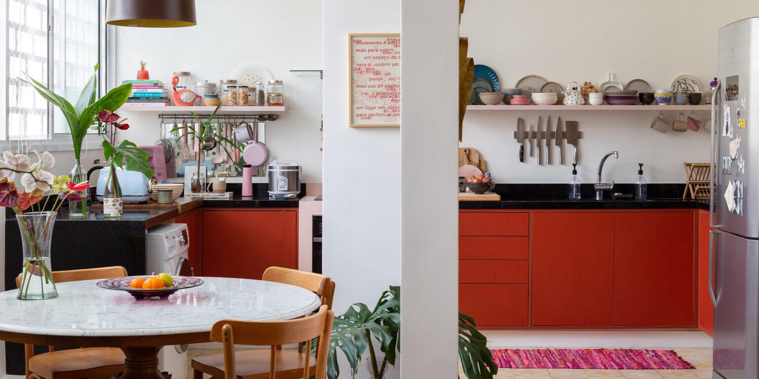 cozinha com mesa de mármore