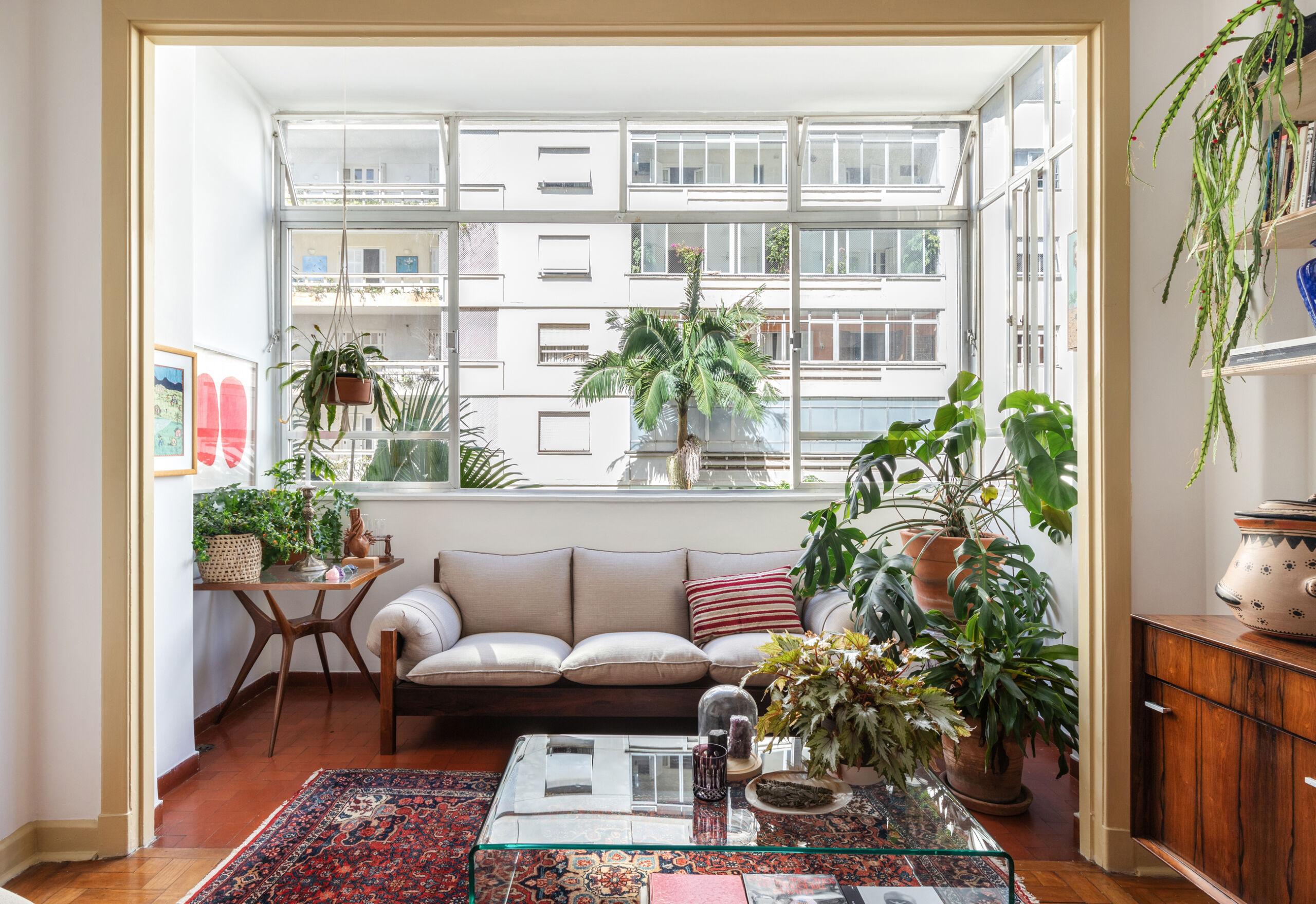 sala com sofá areia e janela ampla