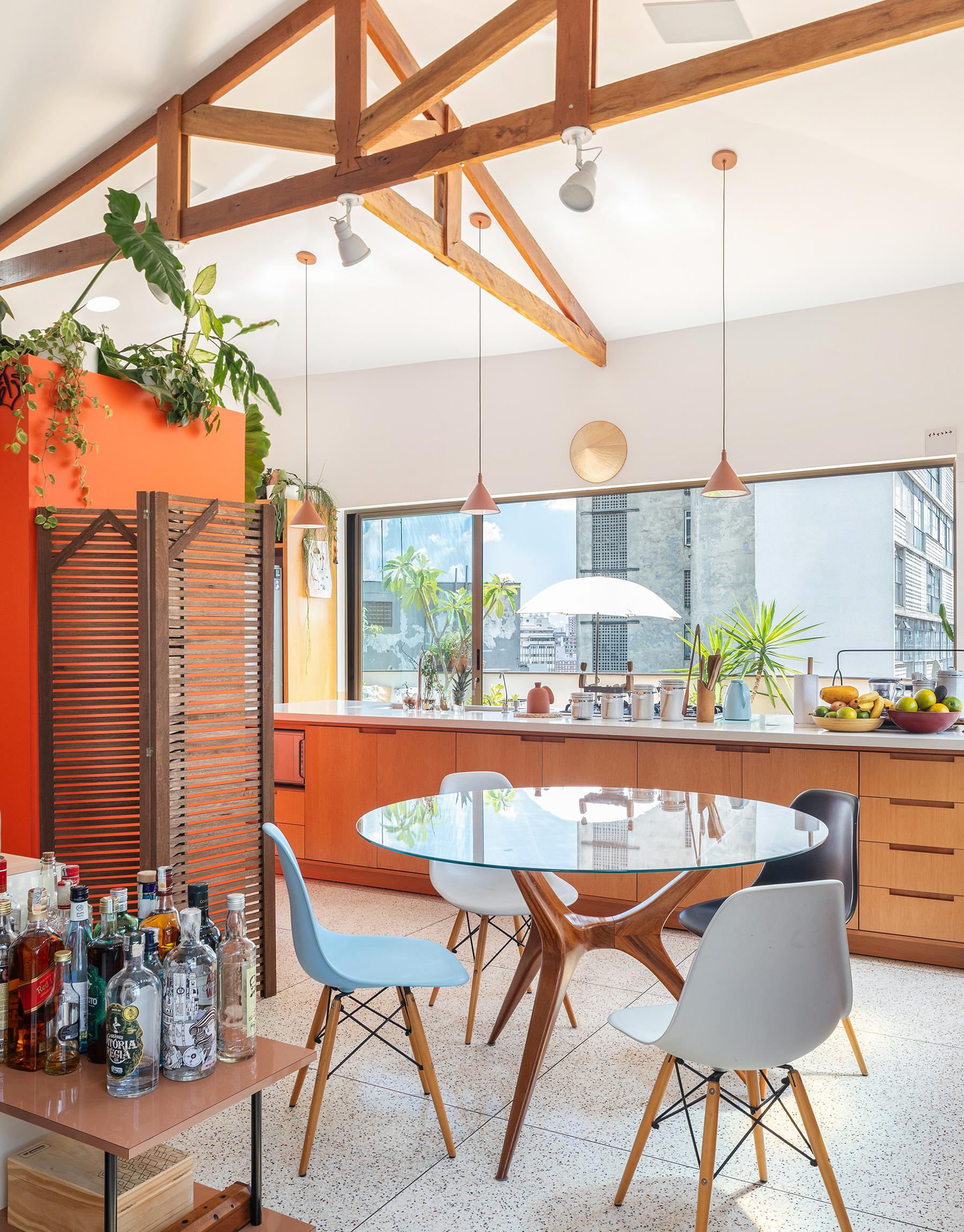 Sala de jantar com piso de granilite e cozinha integrada