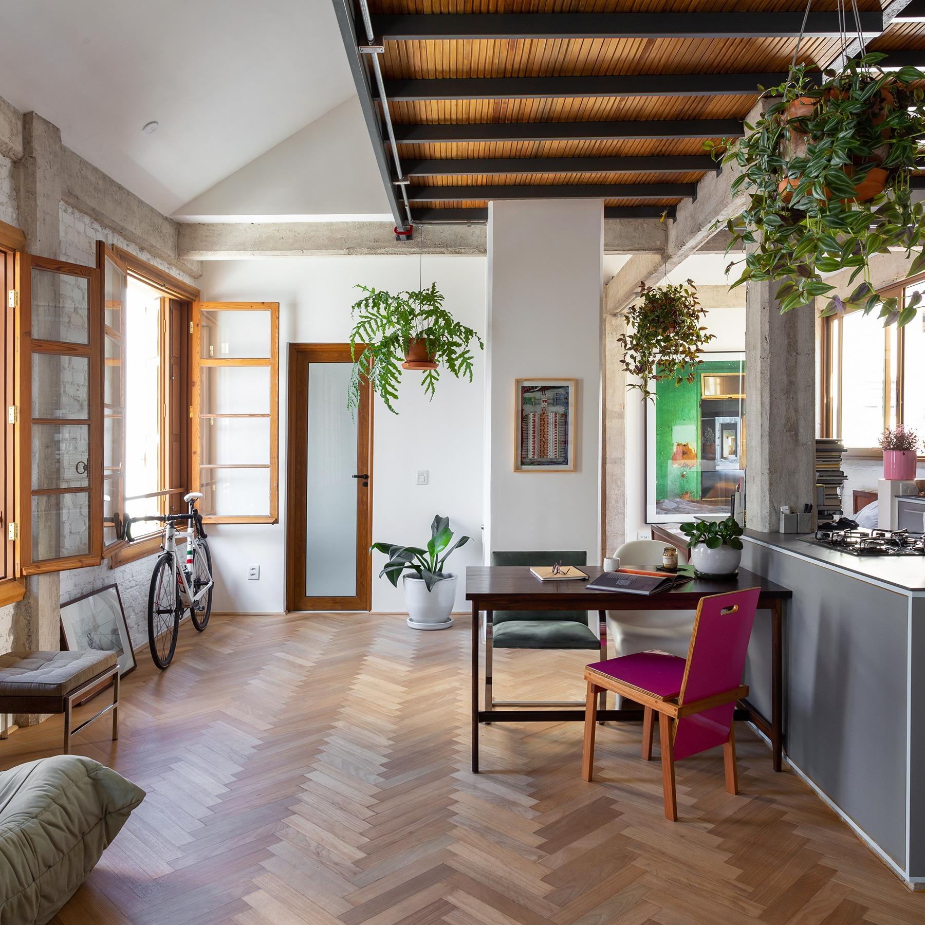 Apartamento antigo recém-reformado com piso de madeira e mezanino