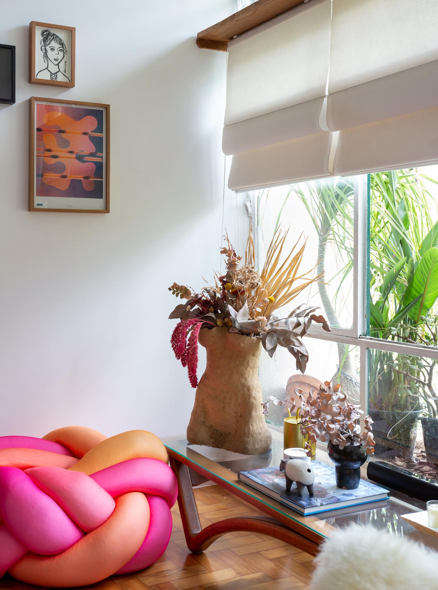 sala ampla com puff em laço rosa e laranja