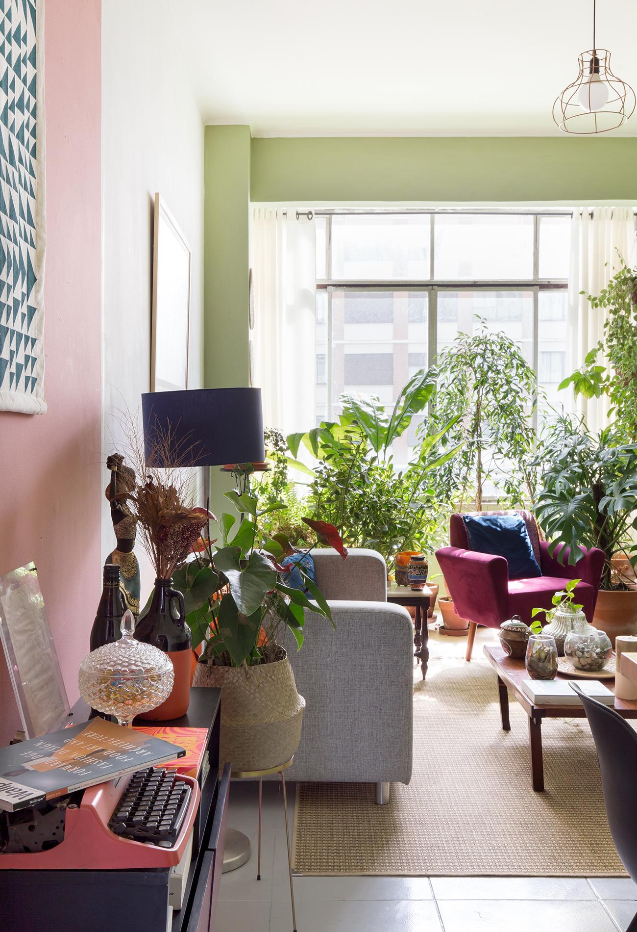 ap_stephanie_e_tulio_332-sala-parede-rosa-e-verde-tapete-palha-plantas