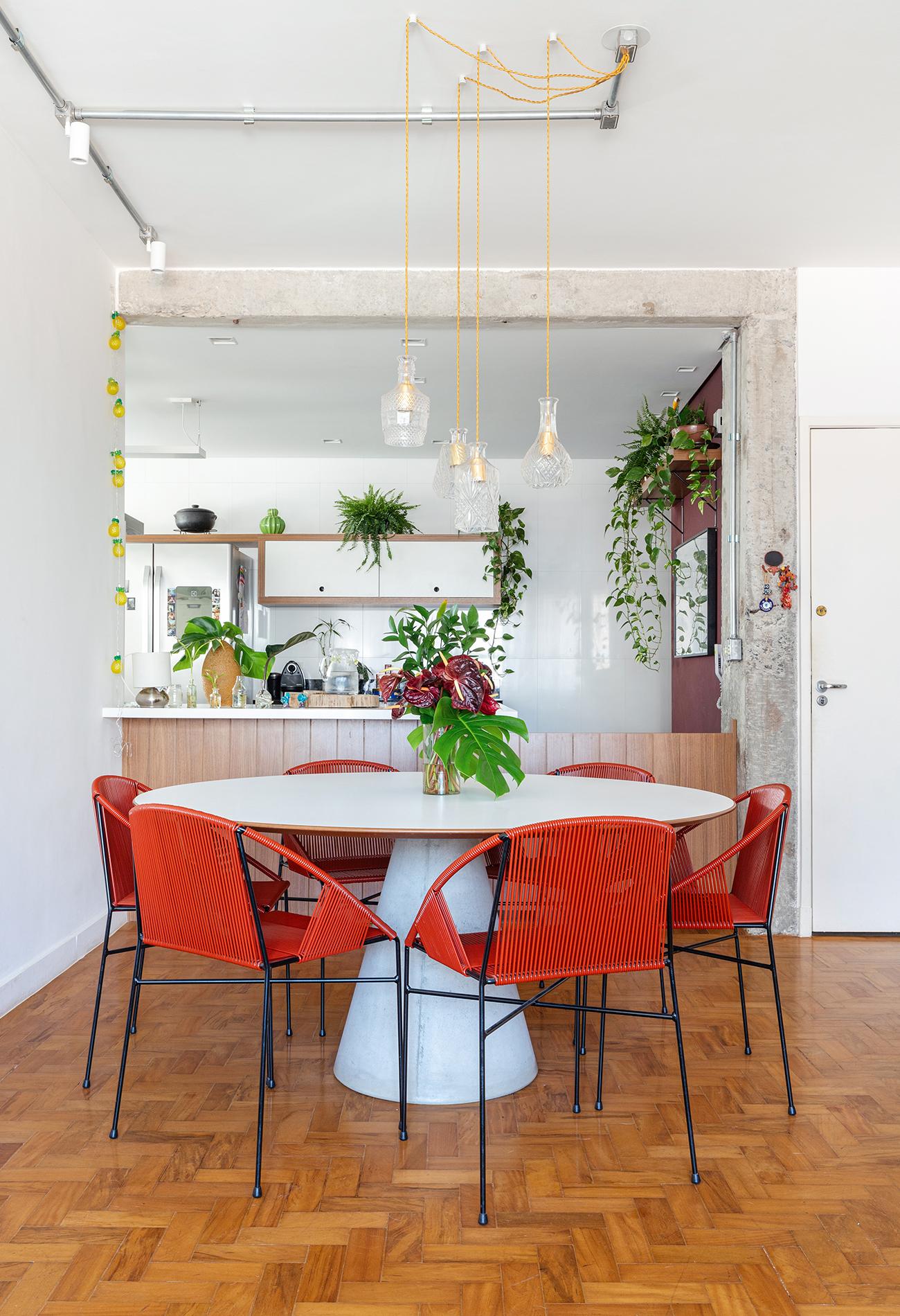 Sala Jantar cadeiras vermelhas e chão madeira
