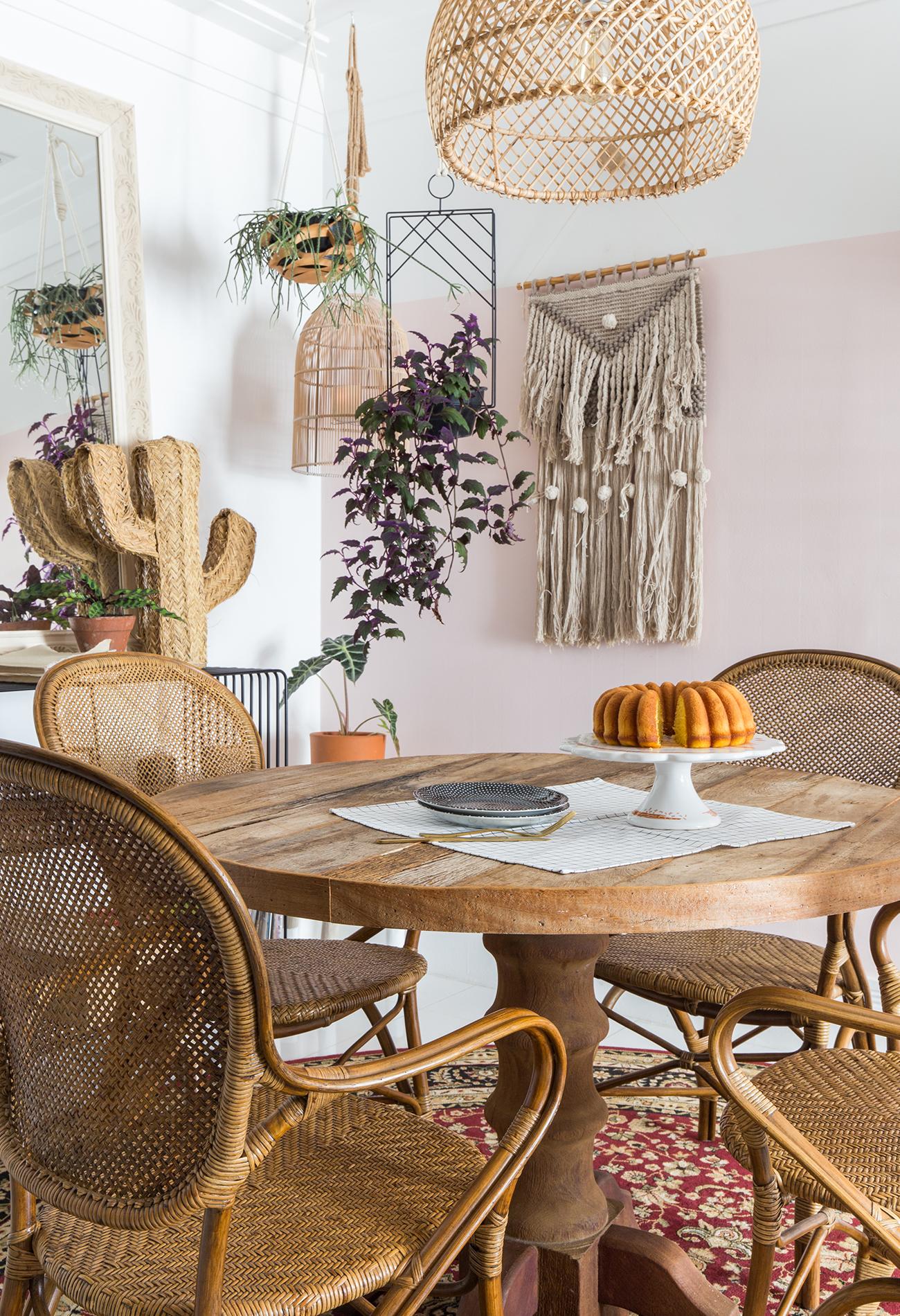 ju-cosi-decoração-sala-jantar-mesa-madeira-e-cadeiras-palha