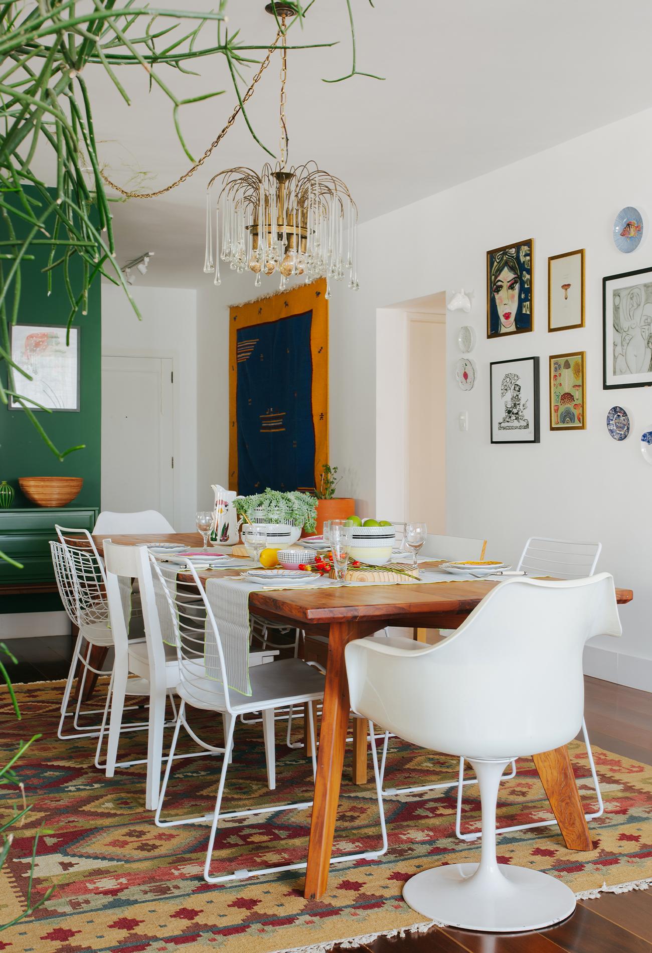 Apartamento chef Renata Vanzetto, sala de jantar colorida e acolhedora