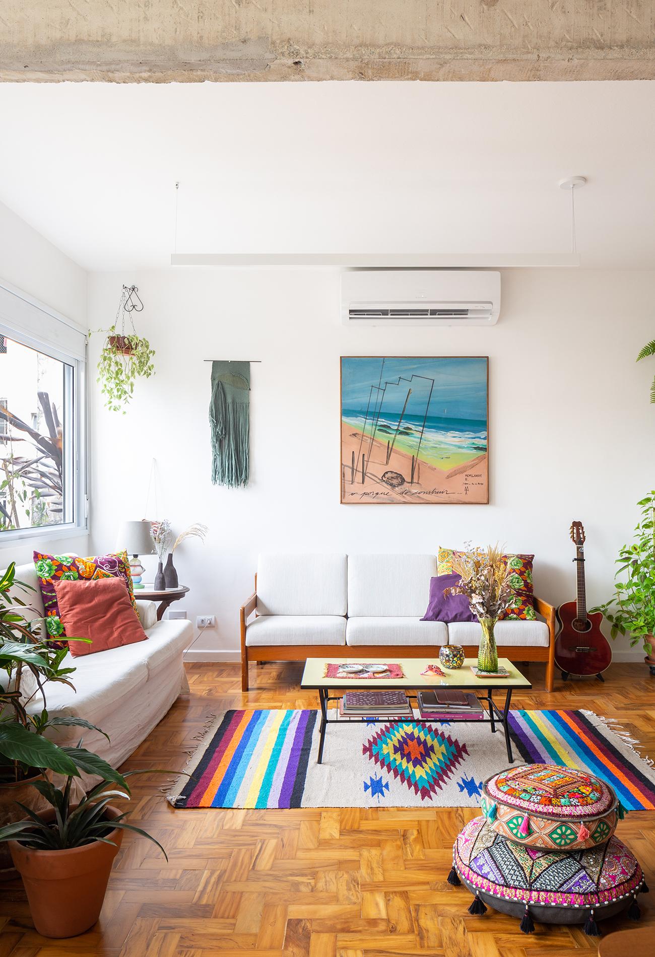 Julia decoração sala com poltrona roxa e coluna de concreto
