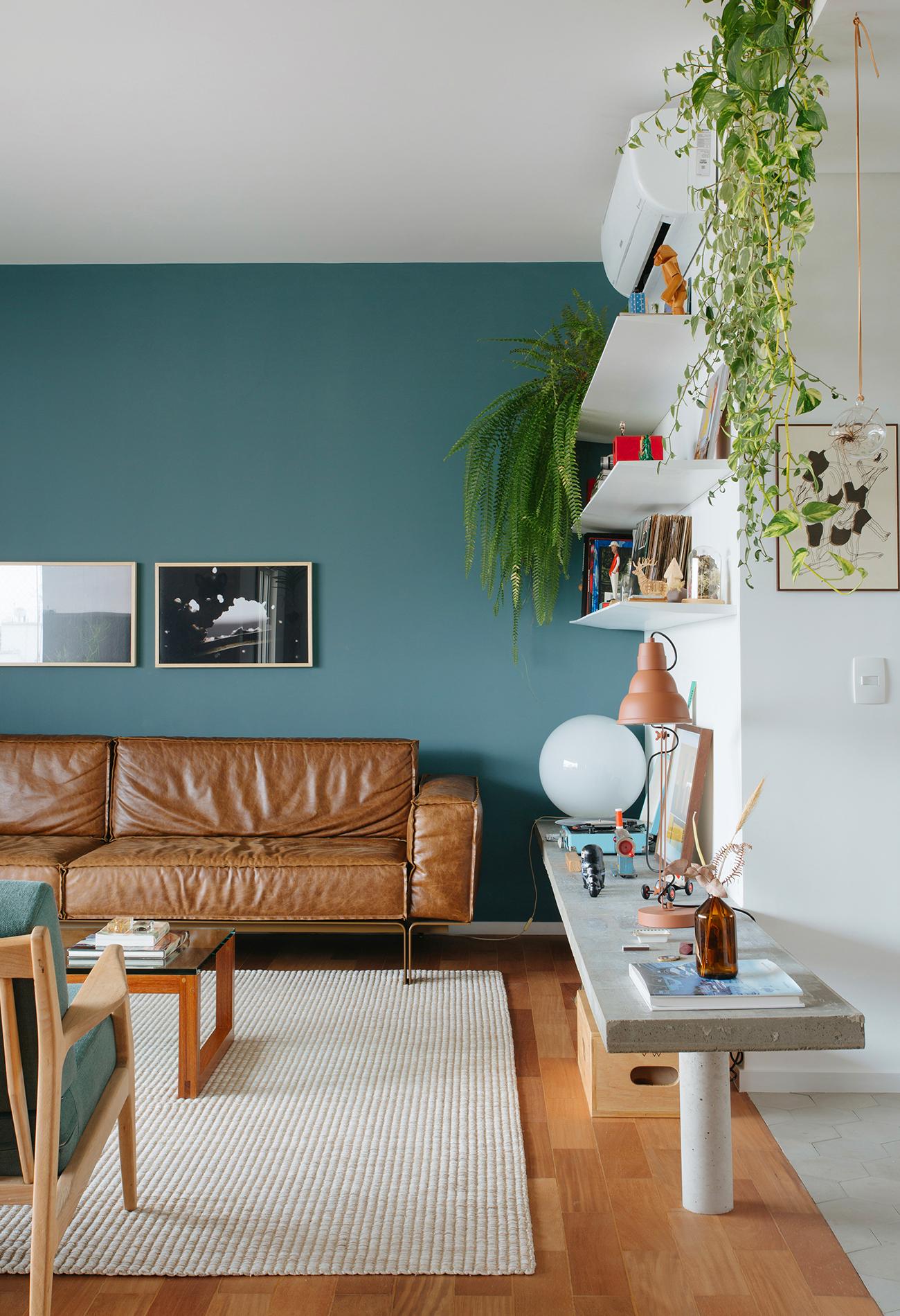 Sala com parede colorida e banco de concreto