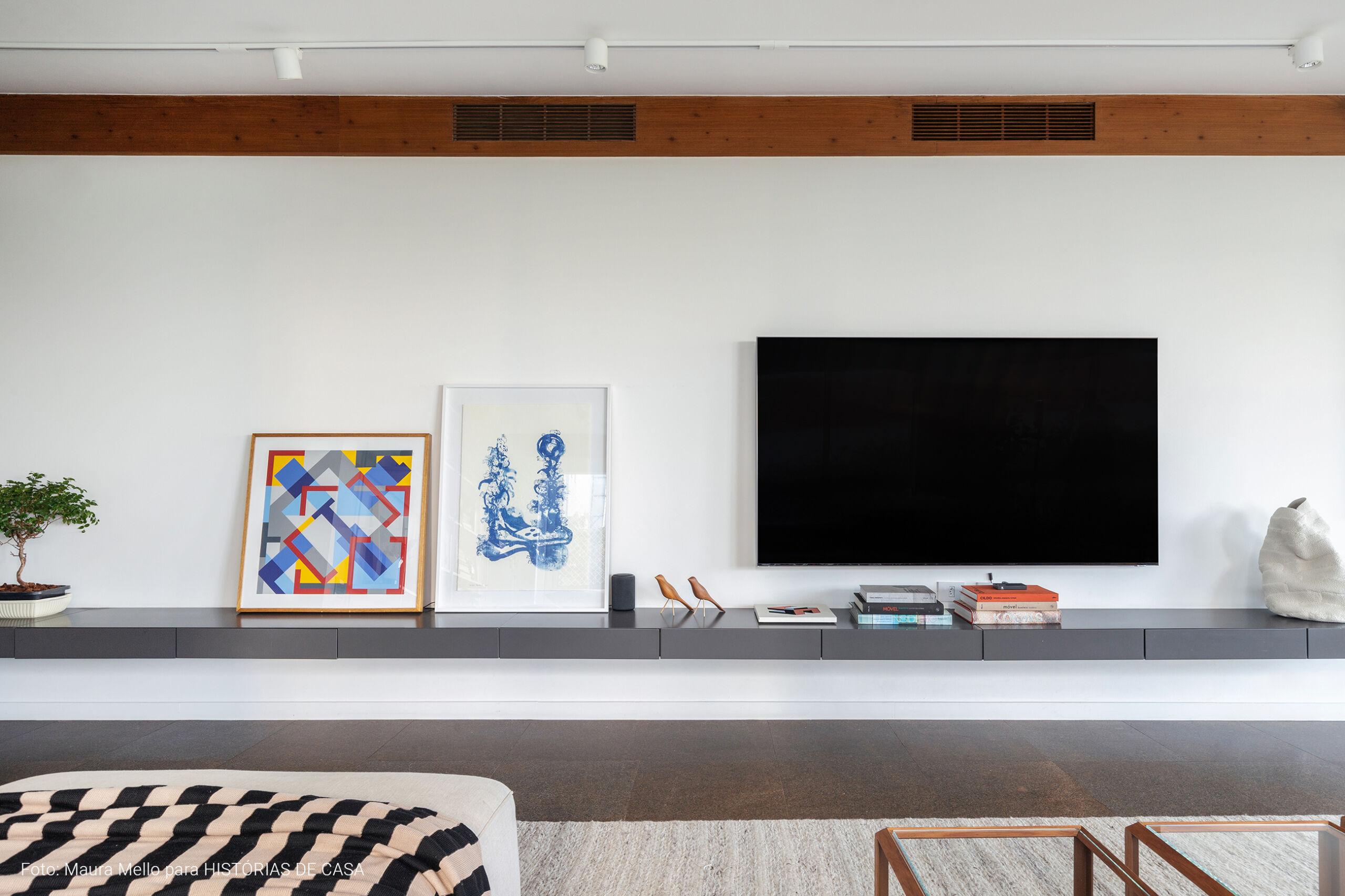 Sala ampla com gaveteiro cinza
