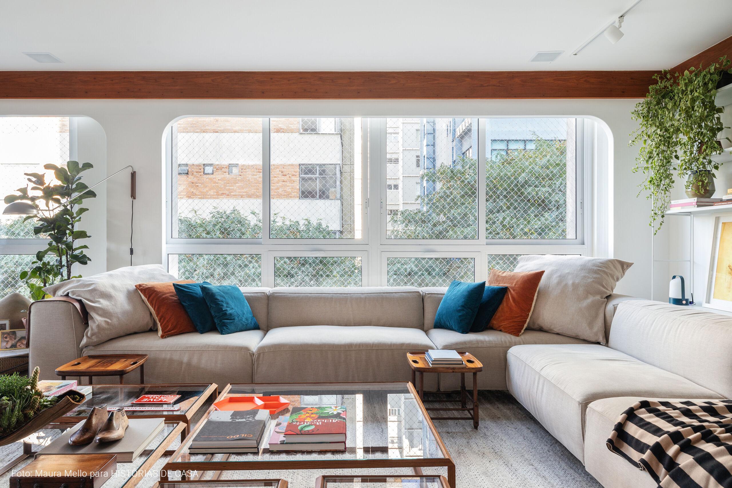 Apartamento com sofá em L bege