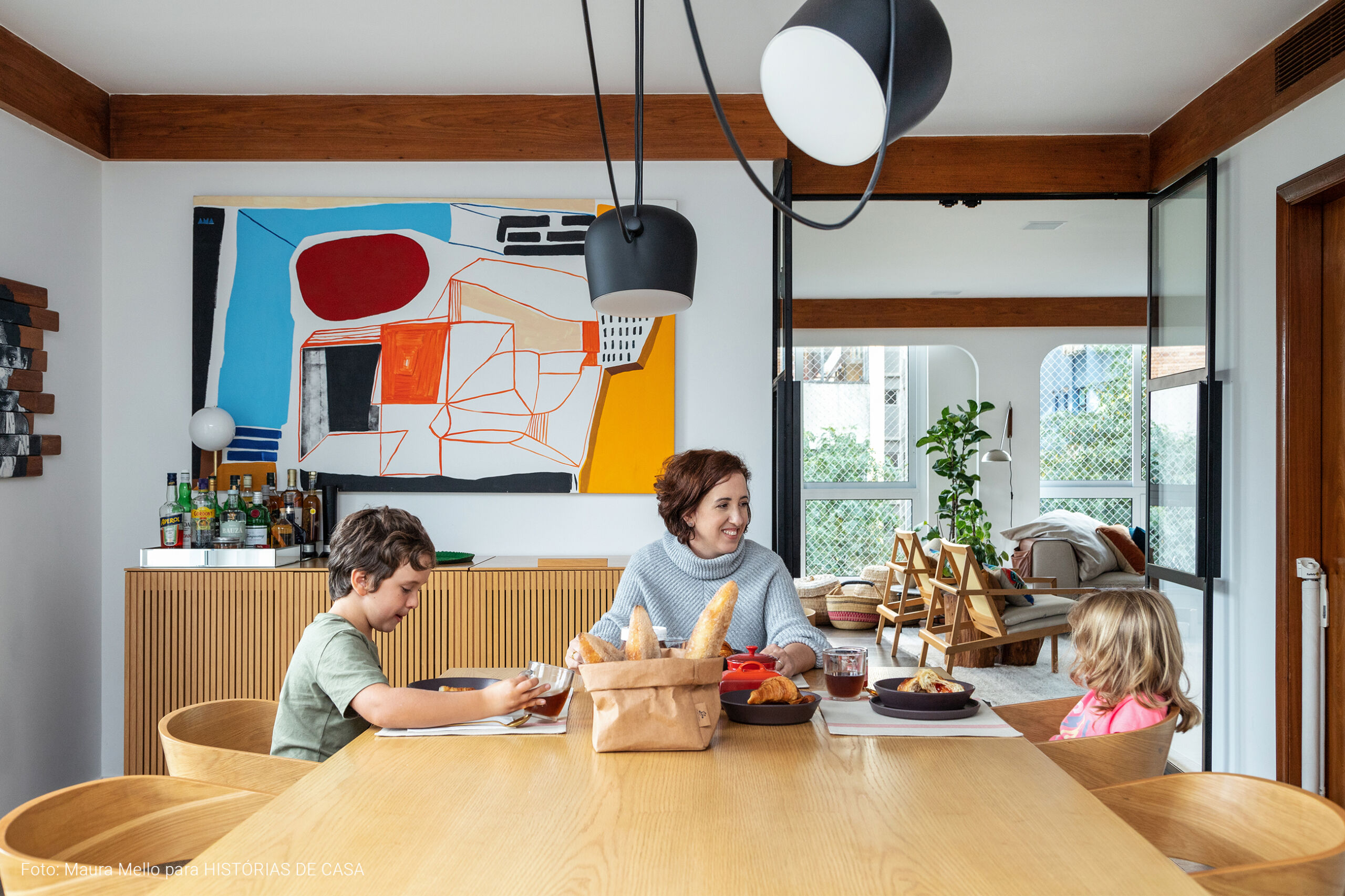 Sala de jantar com mesa de madeira clara