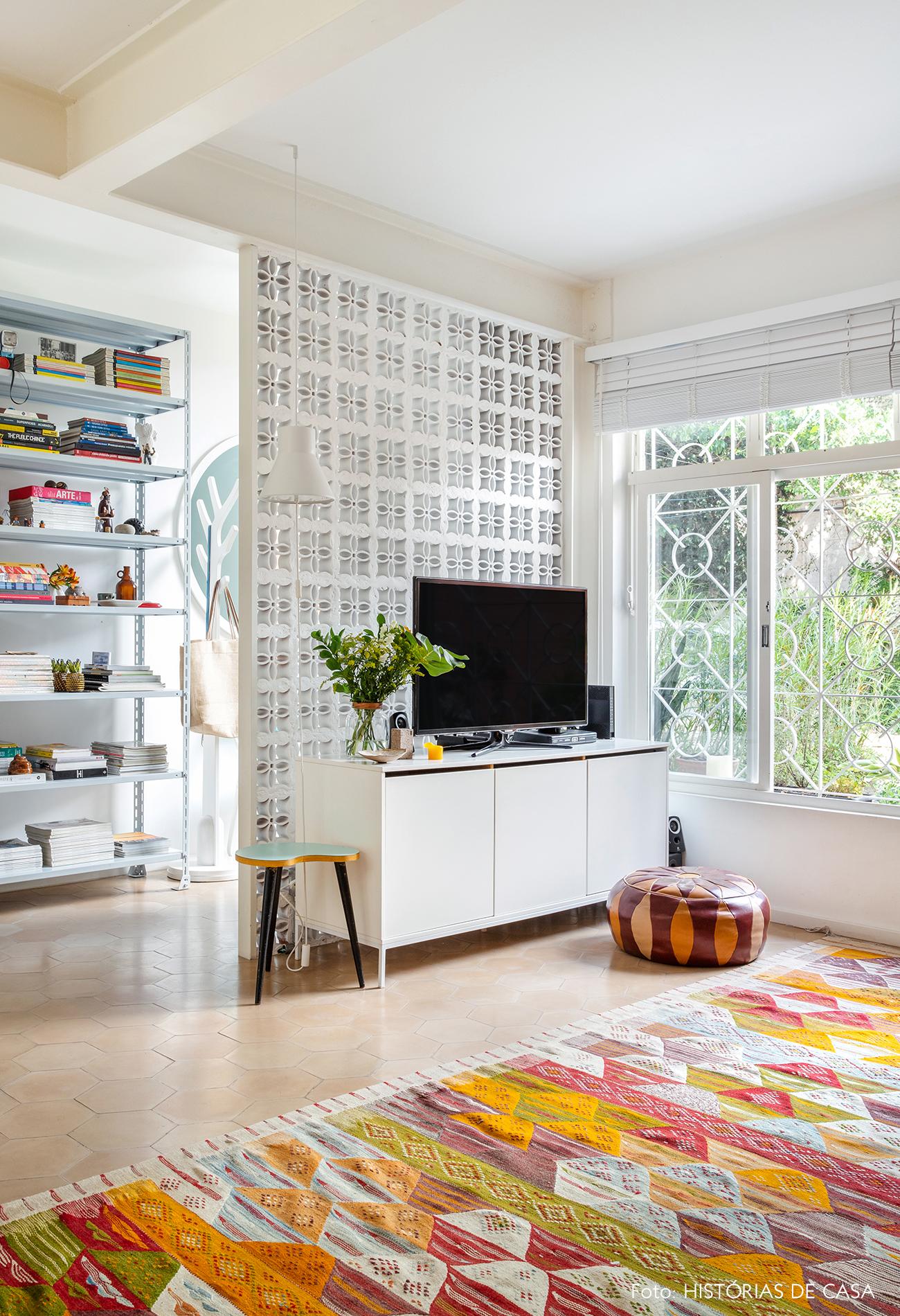 Sala com parede de cobogós e piso de ladrilhos hidráulicos