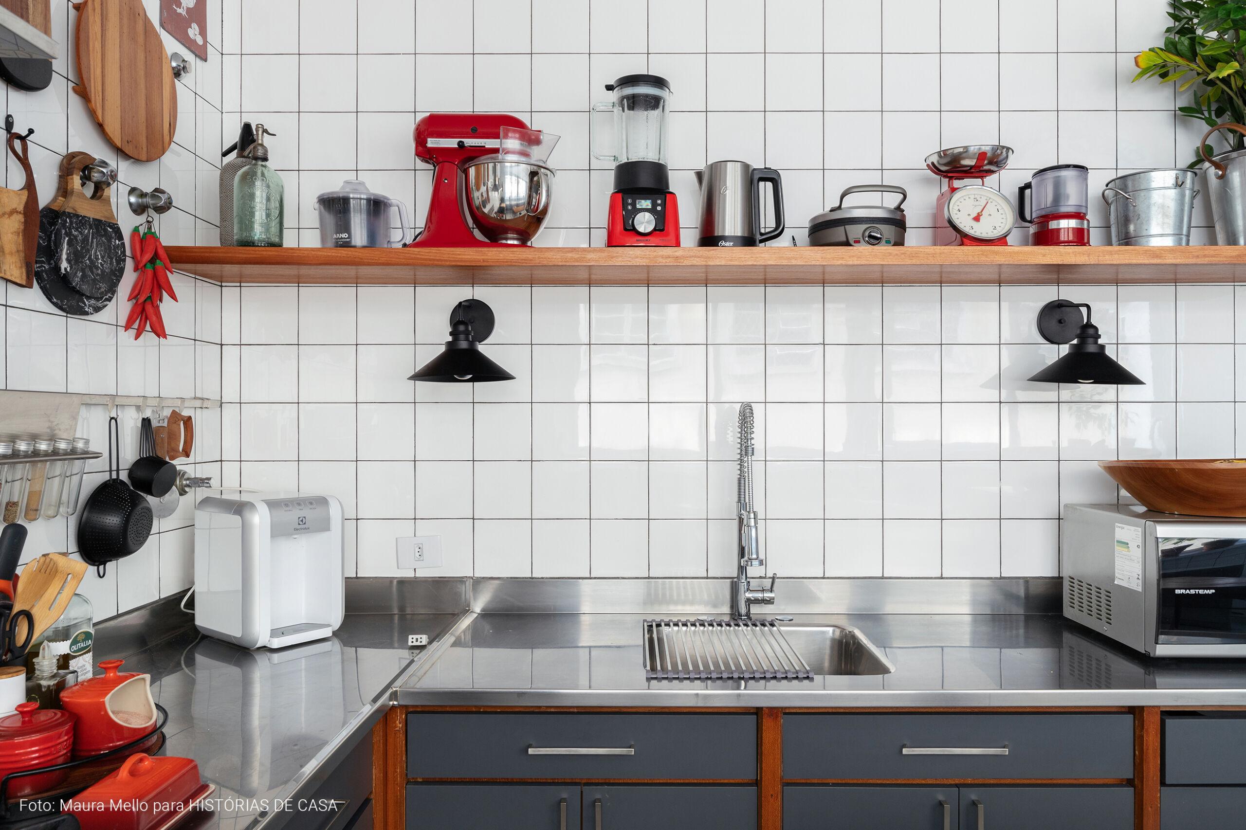 Cozinha com acabamentos escuros e clima industrial