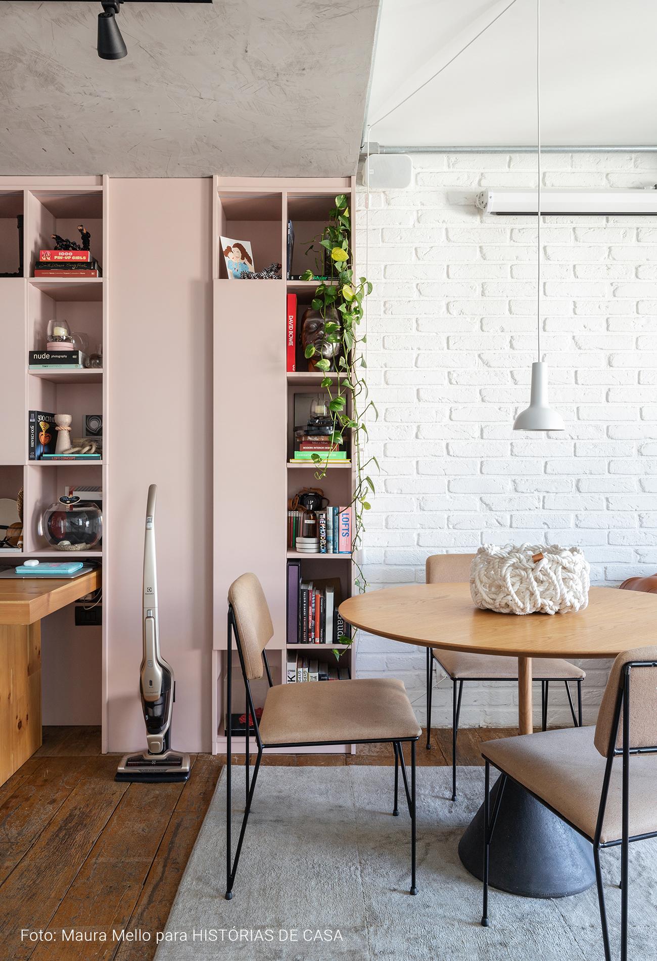 Apartamento estilo loft com marcenaria rosa