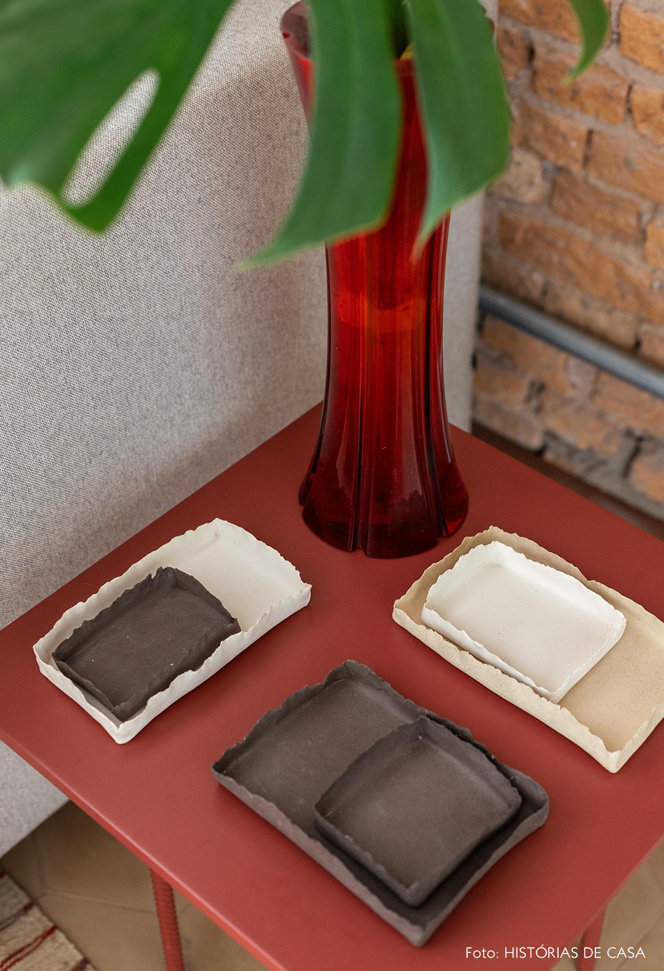 Mesa lateral colorida com cerâmicas artesanais