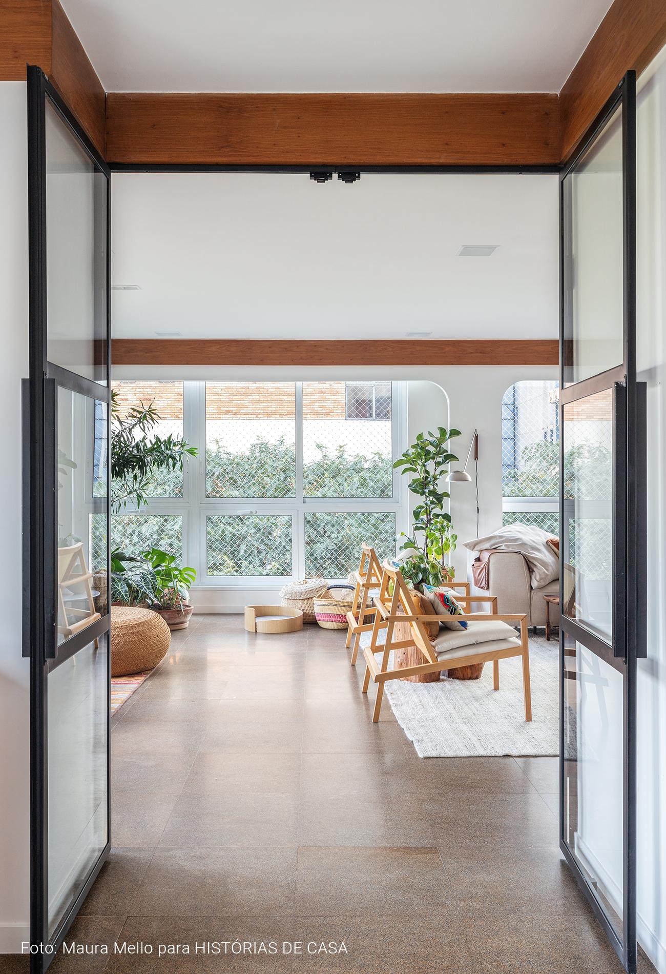 Apartamento com portas de serralheria e piso cinza