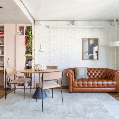 Apartamento tons neutros e sofá Chesterfield